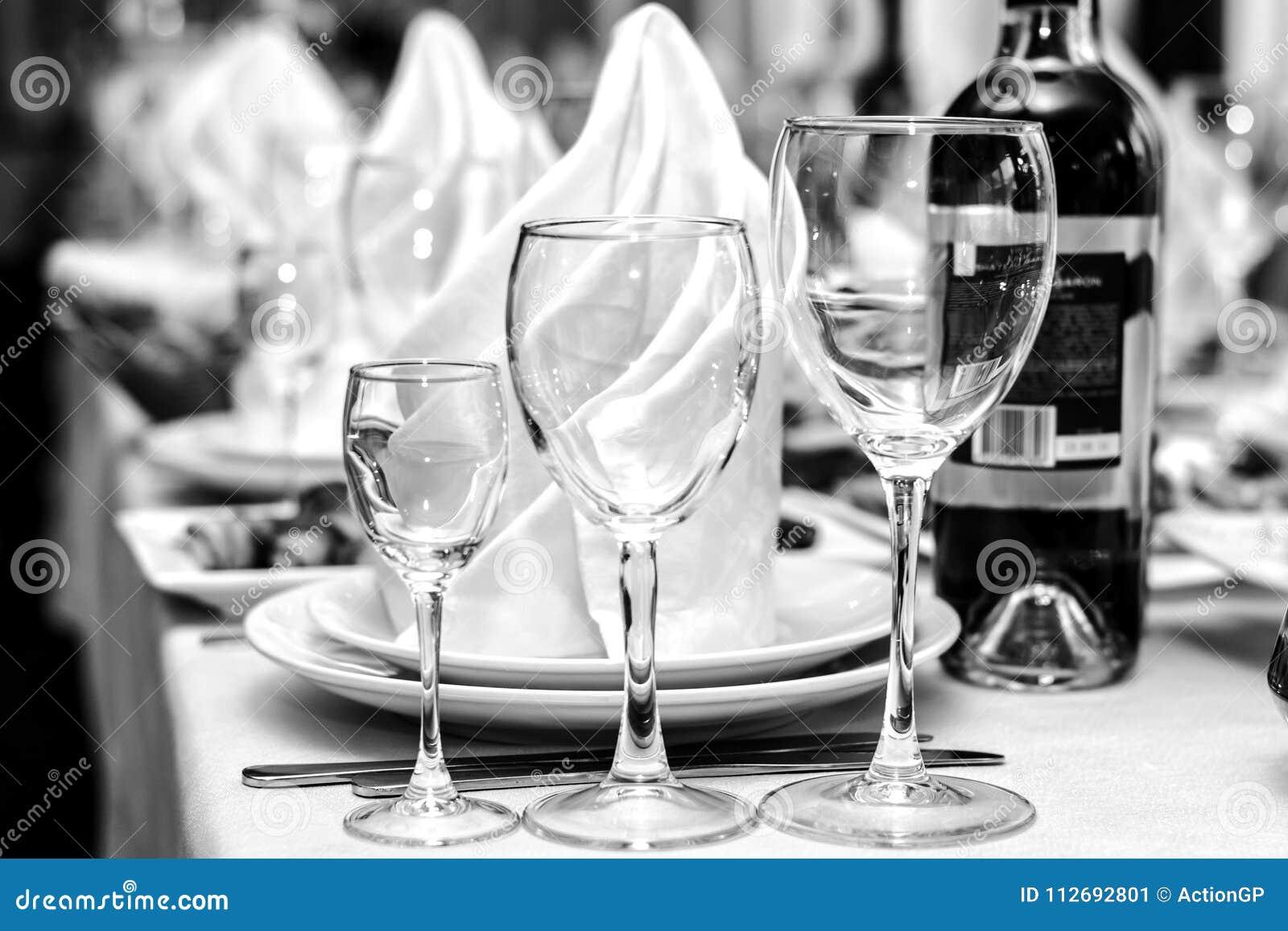Begrepp för bröllopsresa för koppling för officiell för folk för folkhändelseferie för person för drink lerkärl för alkohol svart