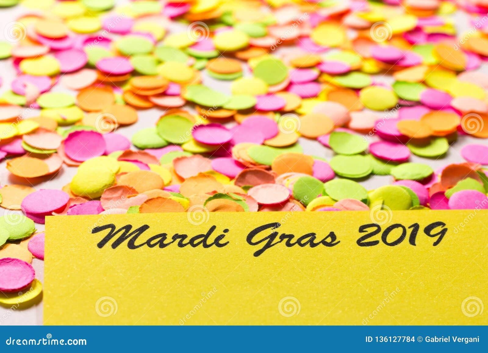 Begrepp för Carnaval partibakgrund Utrymme för text, copyspace Mardi Gras 2019 Färgrik konfettispridning över tabellen