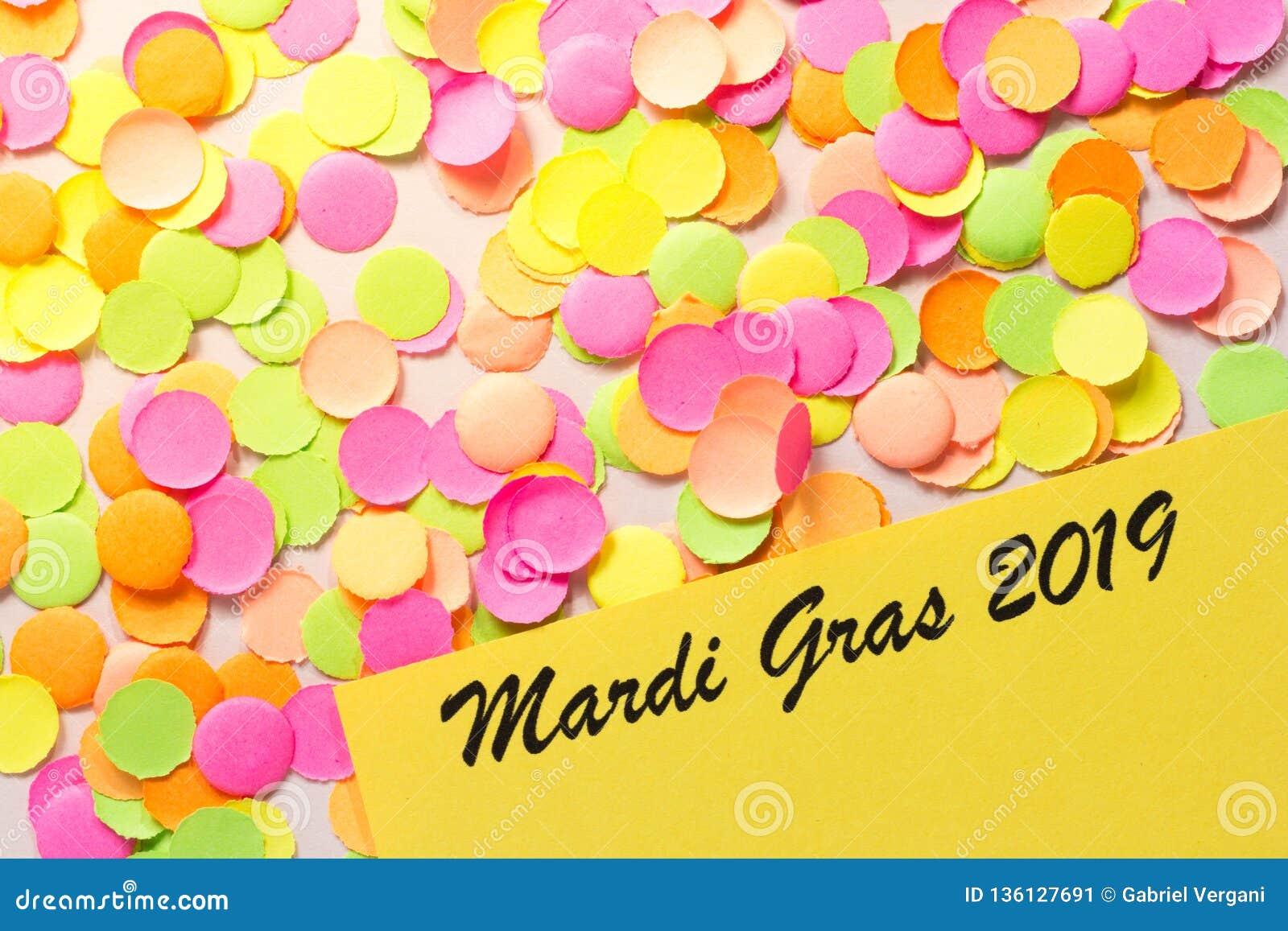 Begrepp för Carnaval partibakgrund Utrymme för text, copyspace Mardi Gras 2019 färgrika konfettiar