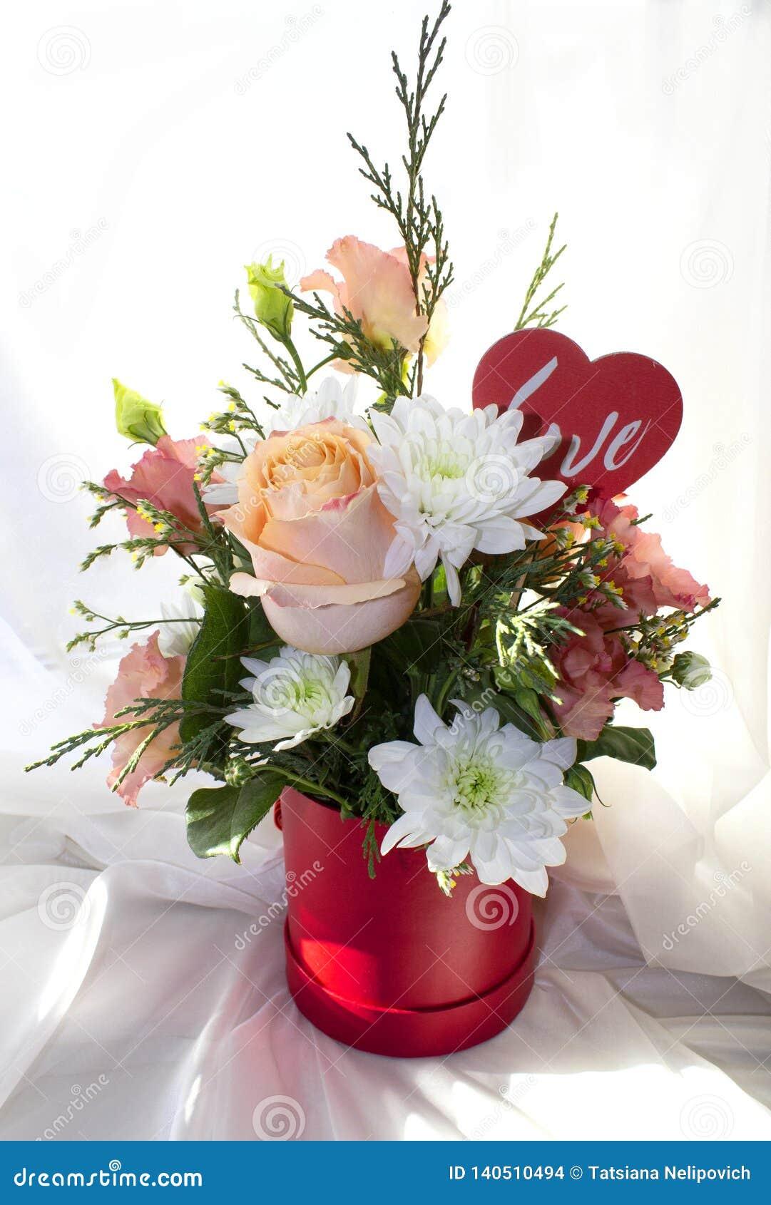 Begrepp för dag för valentin` s Härlig bukett av blommor med hjärtaformtecknet