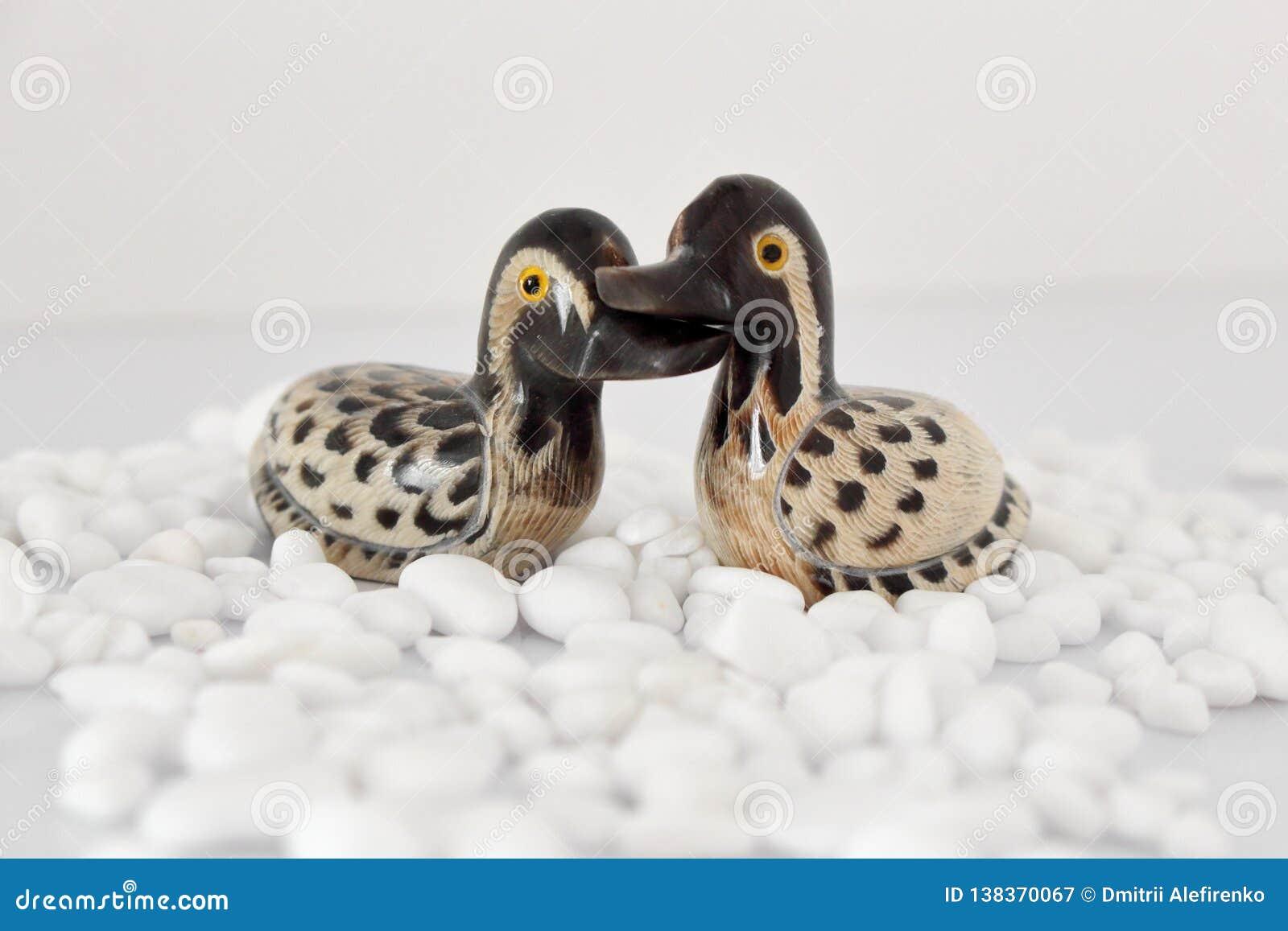 Begrepp för dag för valentin` s Koppla ihop förälskat, det precis gift eller bröllopsresa begreppet Par av leksaken för stenmanda