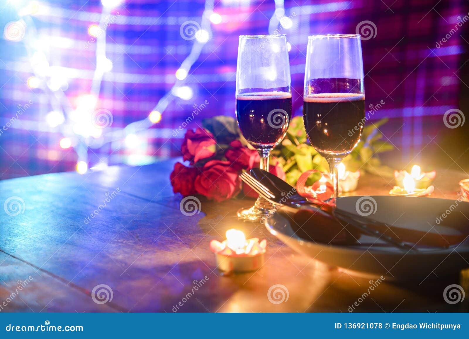 Begrepp för förälskelse för valentinmatställe romantiskt/romantisk tabellinställning som dekoreras med gaffelskeden på plattan