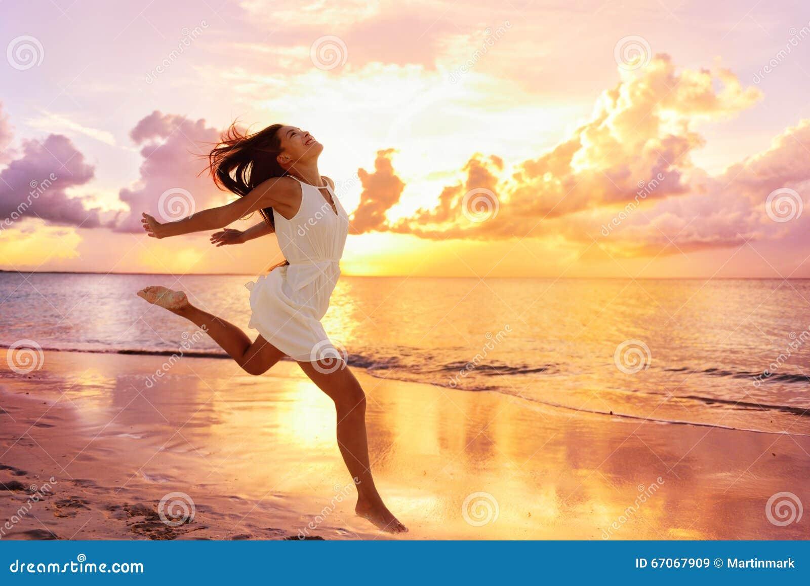 Begrepp för frihetswellnesslycka - lycklig kvinna