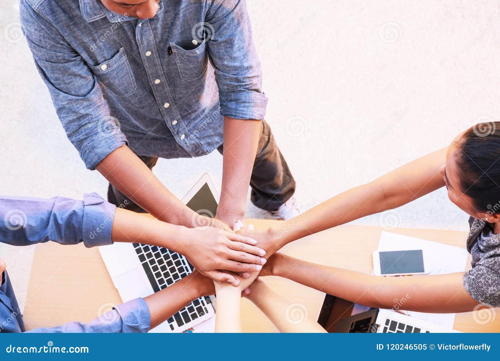 Begrepp för händer för möte för teamwork för affärsfolk sammanfogande i regeringsställning, genom att använda idéer, diagram, dat