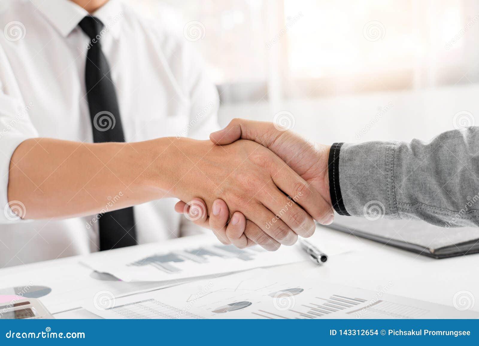 Begrepp för handskakning för överenskommelse för affärsmöte, handinnehav, når fullföljande som handlar upp projekt eller fyndfram