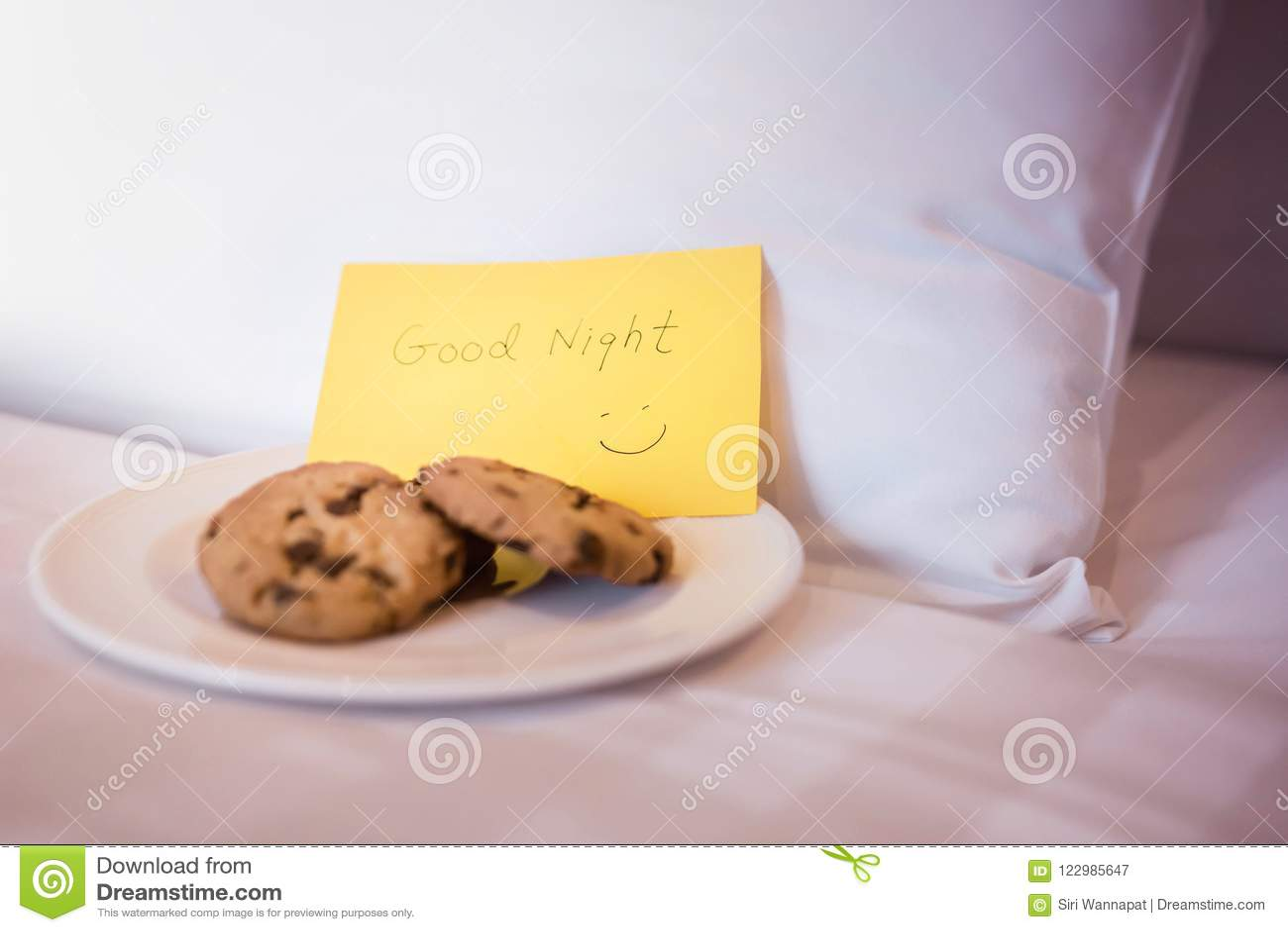 Begrepp för hotellservice Uppassare- eller hembiträdeServing Dessert Cookies nolla