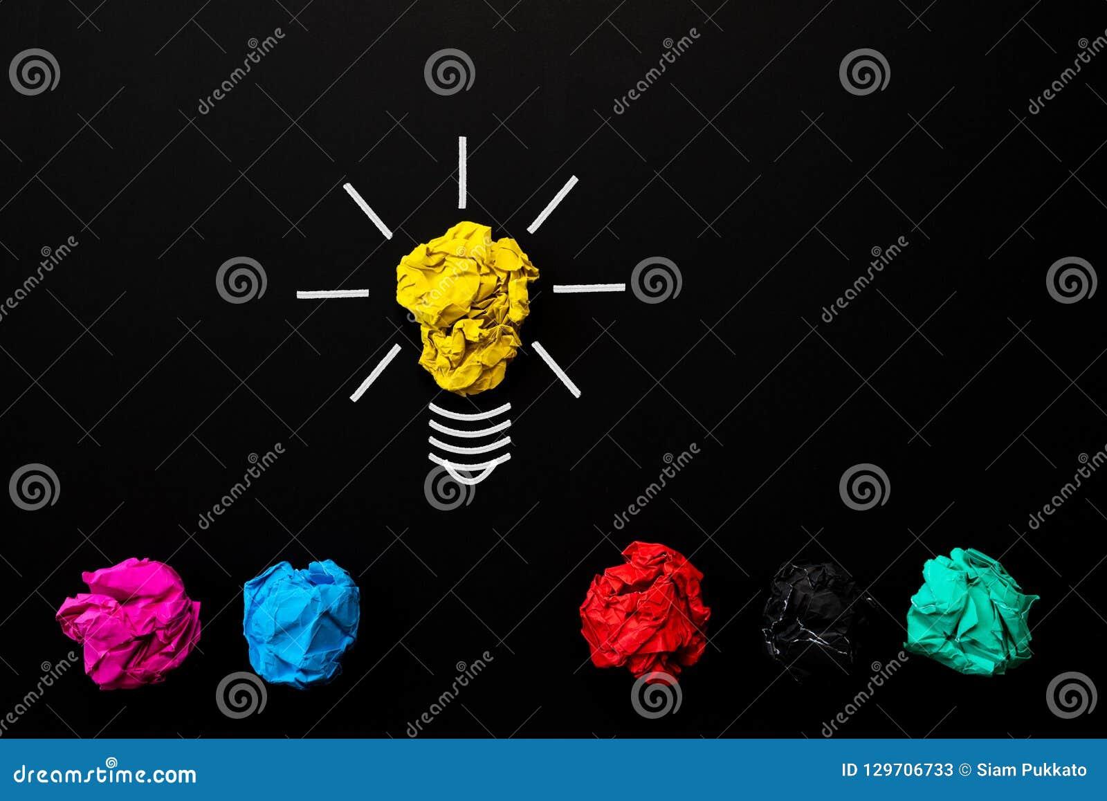 Begrepp för inspiration och för stor idé ljus kula med skrynkligt