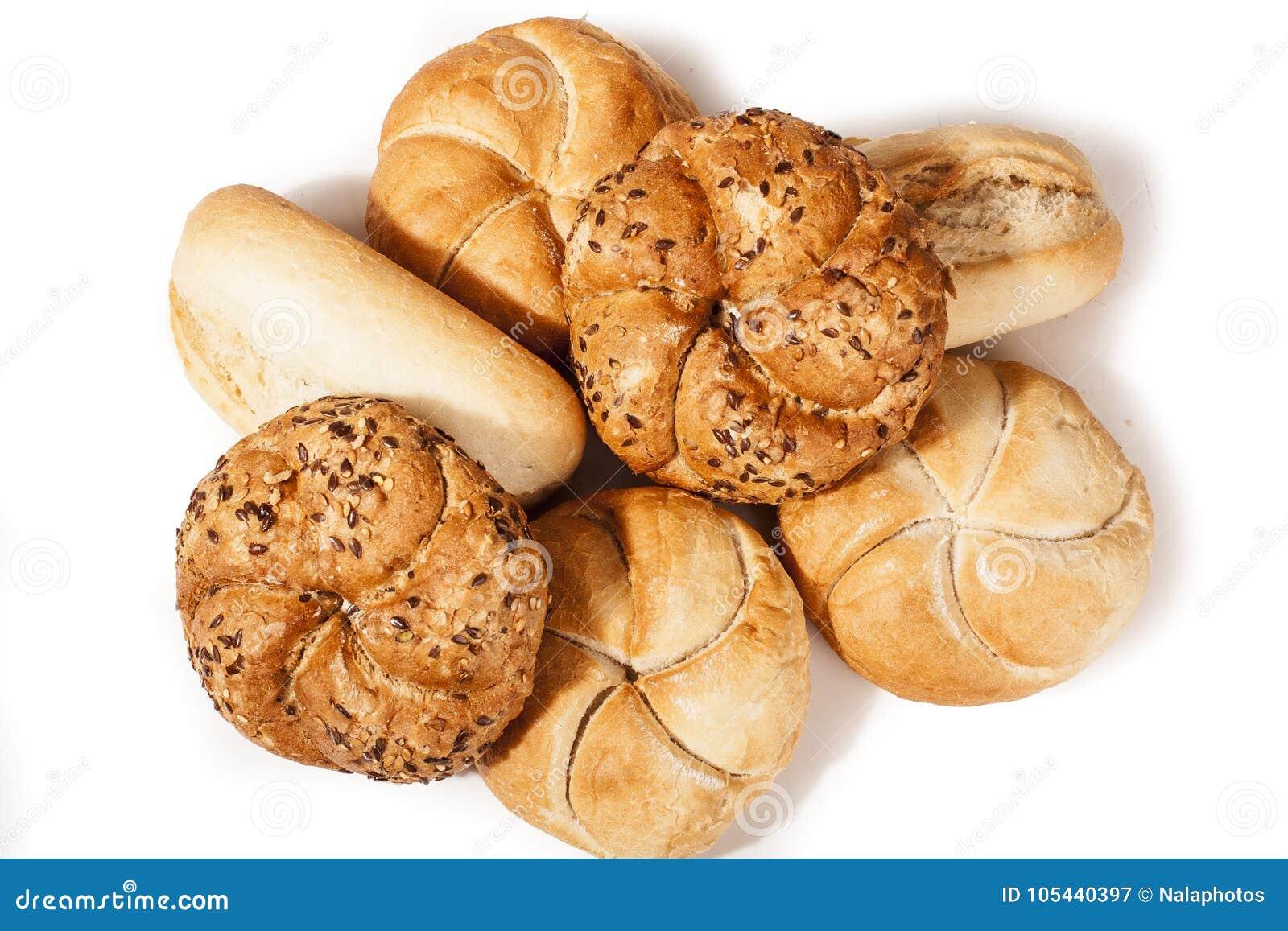 Begrepp för Kaiser rulle i vit studiobakgrund Mini- bröd som isoleras på vit bakgrund, läckra Kaiser rullar