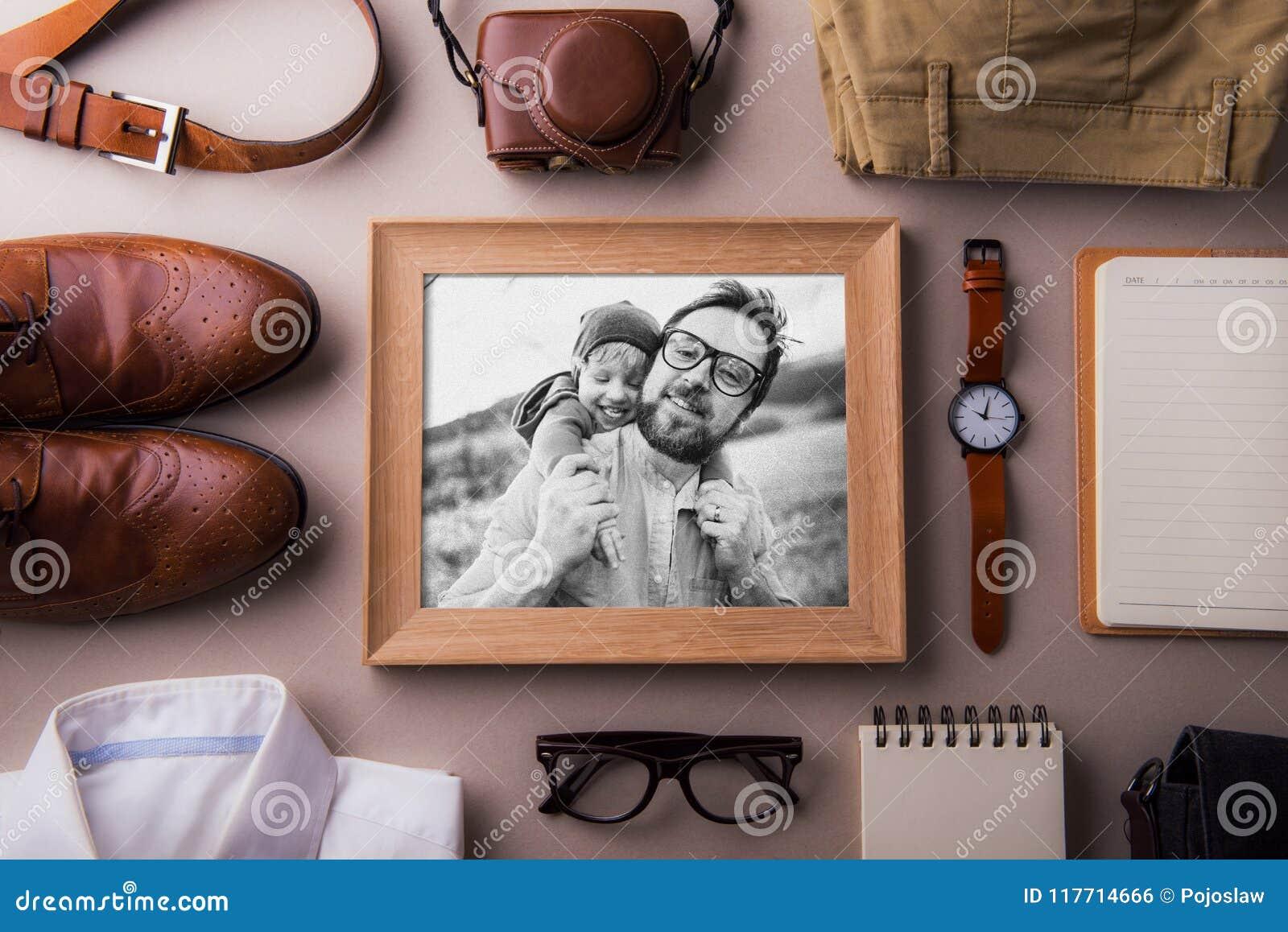 Begrepp för kort för hälsning för faderdag Ett foto av en farsa- och litet barnson Lekmanna- lägenhet