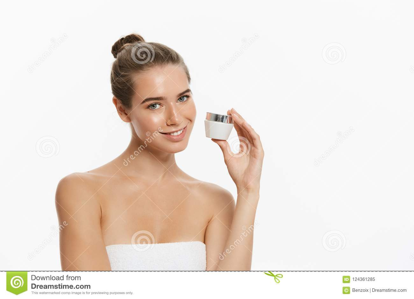 Begrepp för omsorg för skönhetungdomhud - härligt Caucasian innehav för kvinnaframsidastående och framlägga den kräm- rörprodukte