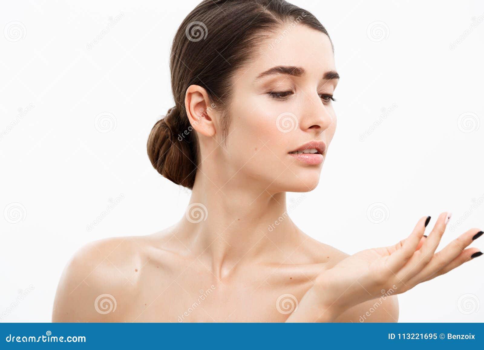 Begrepp för omsorg för skönhetungdomhud - nära övre härlig Caucasian kvinnaframsidastående Härlig Spa modell Girl med perfekt