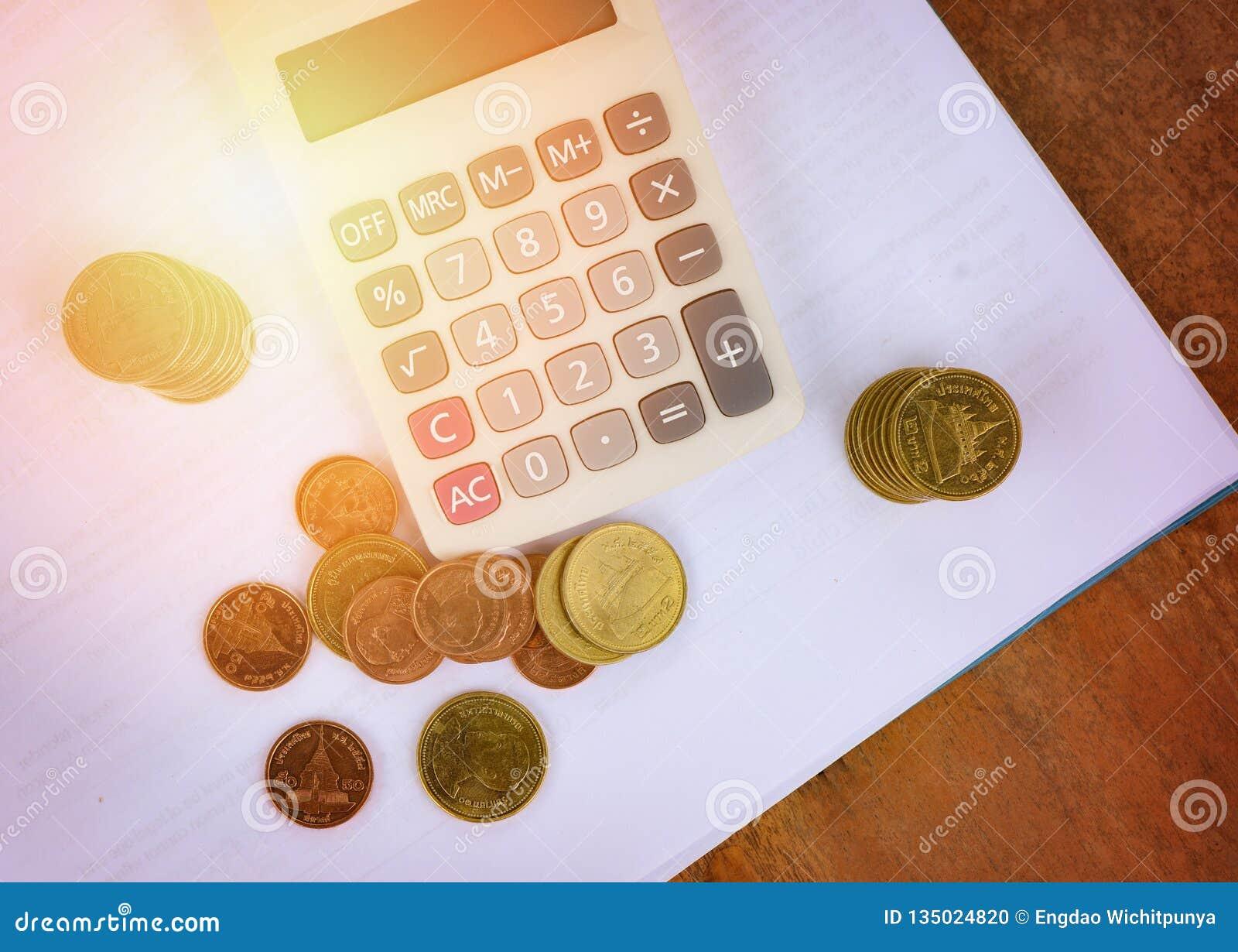 Begrepp för redovisning för affär för objekt för räknemaskinpengarfinans som räknar myntpengarräknemaskinen på vitt anmärkningspa