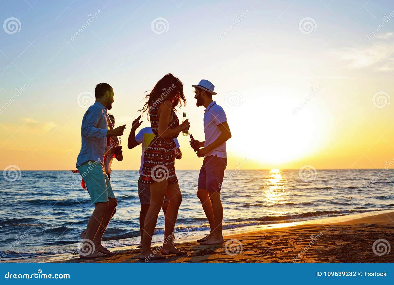 Begrepp för semester för ferie för sommar för parti för folkberömstrand