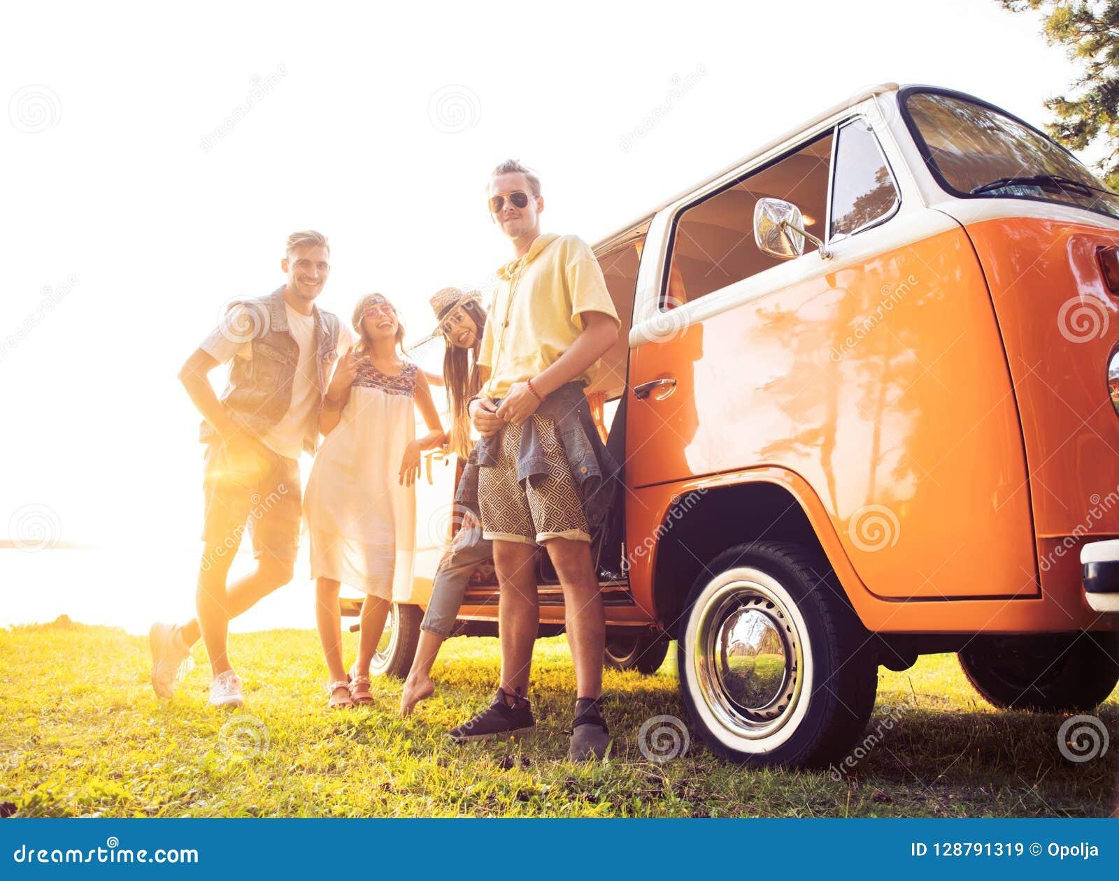 Begrepp för sommarferier, för vägtur, semester-, lopp- och folk- le unga hippievänner som har gyckel över minivan