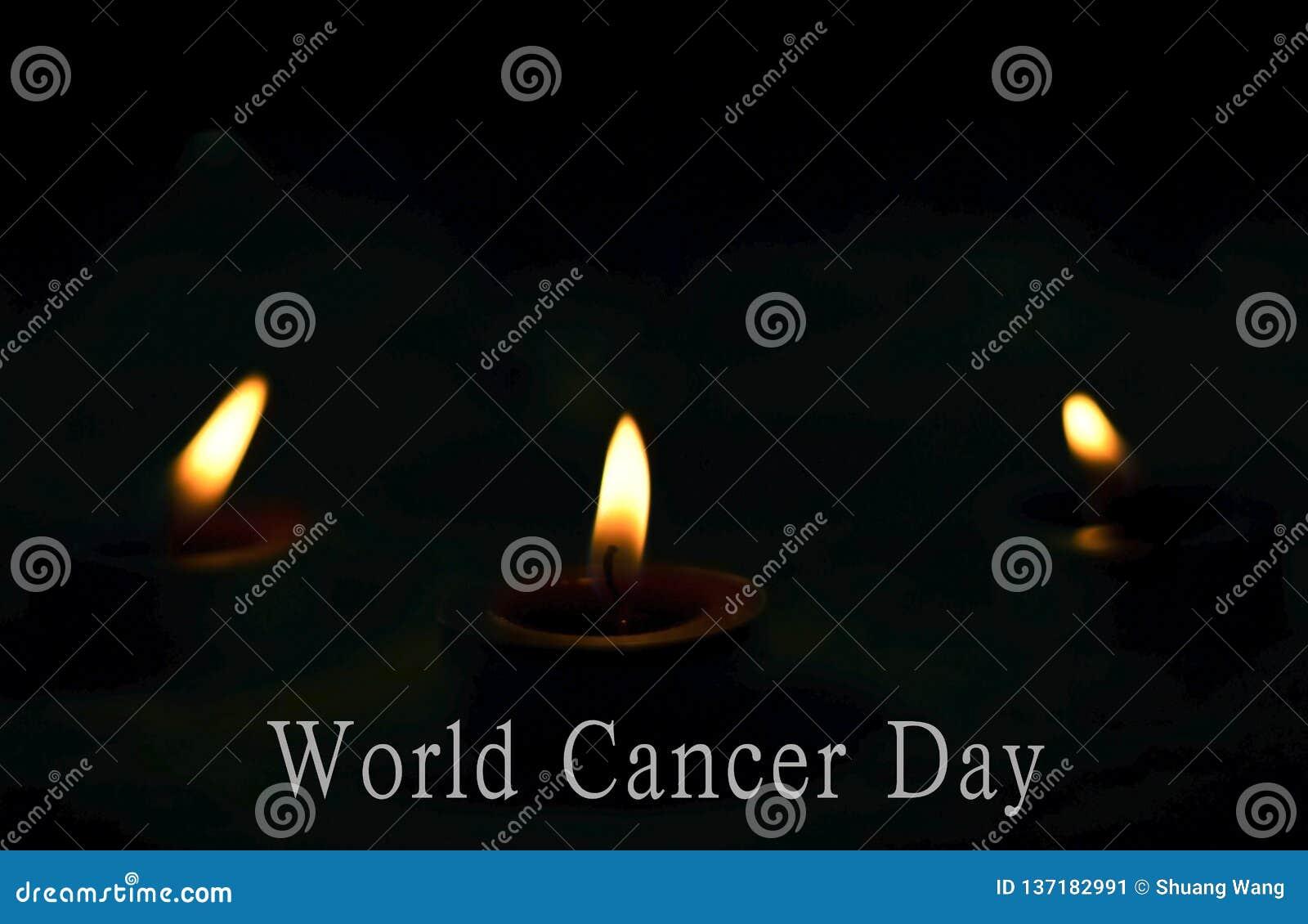 Begrepp för världscancerdag: stearinljusen bränner ljust på den mörka bakgrunden