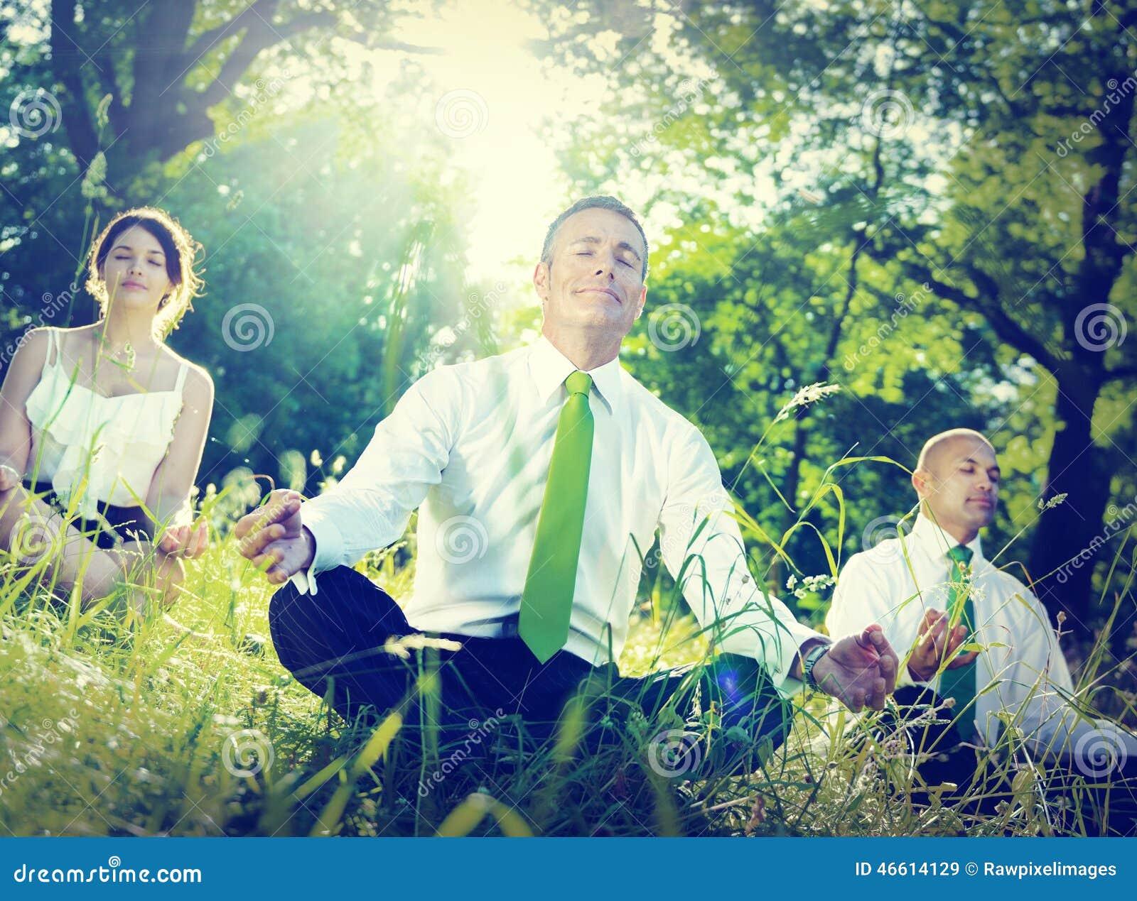 Begrepp för Wellbeing för avkoppling för yoga för affärsfolk