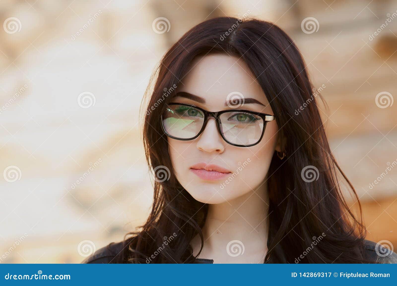 Begrepp: härliga ögon, det härliga leendet, vision, perfekt hudstående av en härlig flicka med exponeringsglas, stängda ögon, skö