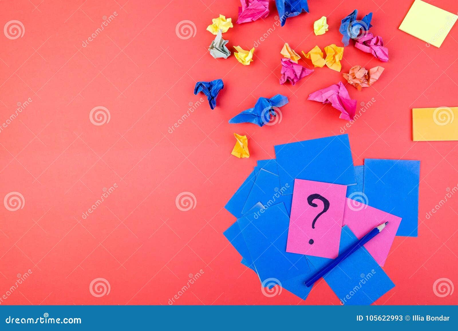 Begrepp i sökandeidéer Skrynkligt papper av idén Falt lägger