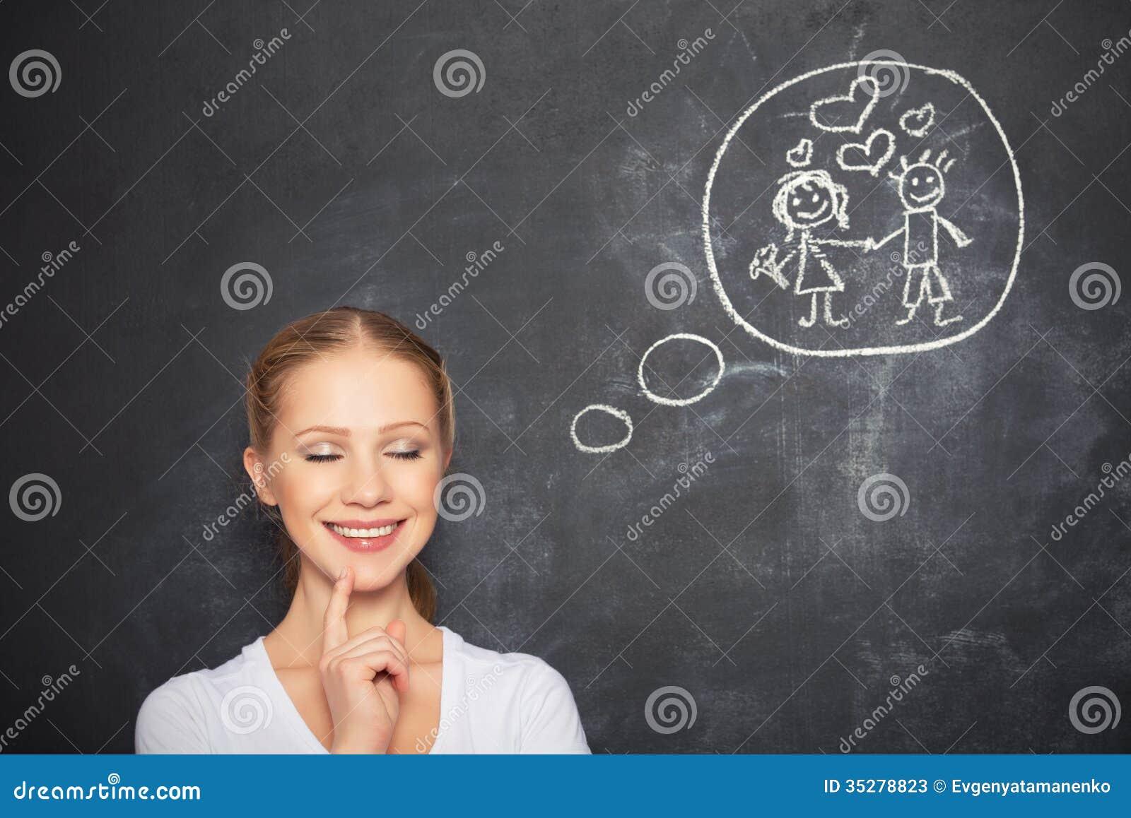 Begrepp. kvinnan drömmer om förälskelse- och förbindelseteckning på en krita