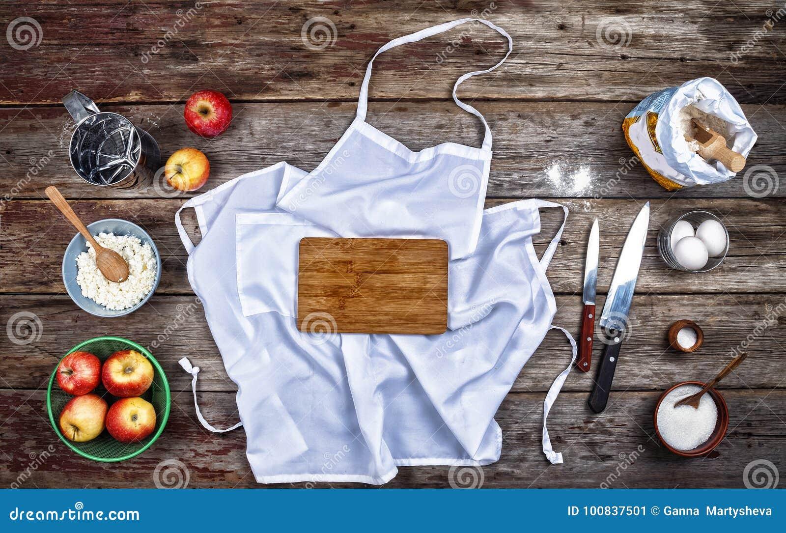 Begrepp: Matlagning som bakar Kitchenware och en variation av produkter för stekhett slut upp på en lantlig tabell ovanför sikt f