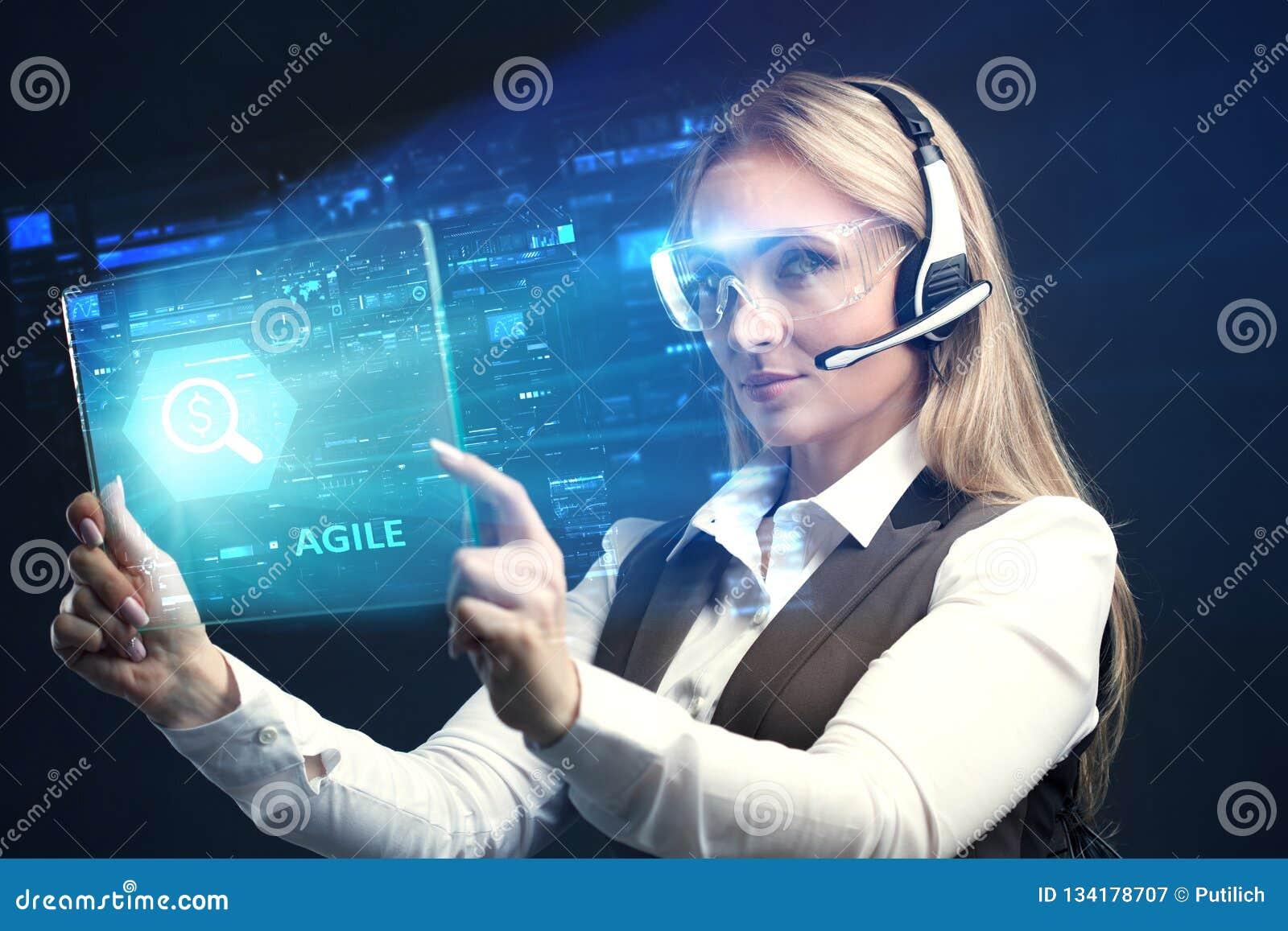 Begreppet av affären, teknologi, internet och nätverket En ung entreprenör som arbetar på en faktisk skärm av framtiden