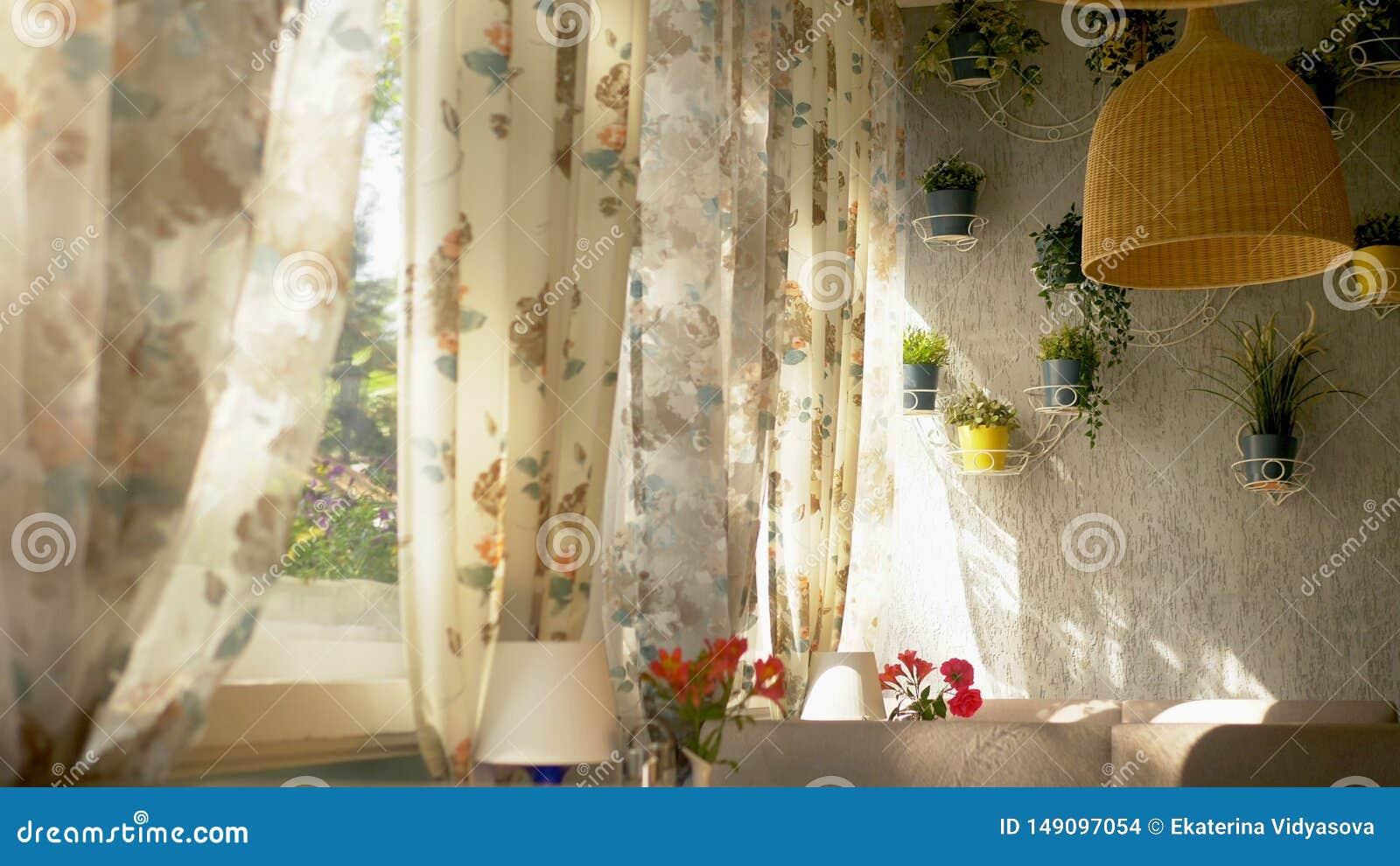 Begreppet av de inre f?nstren stora hell?nga f?nster som dekoreras med gardiner f?r blom- tryck och husv?ggen