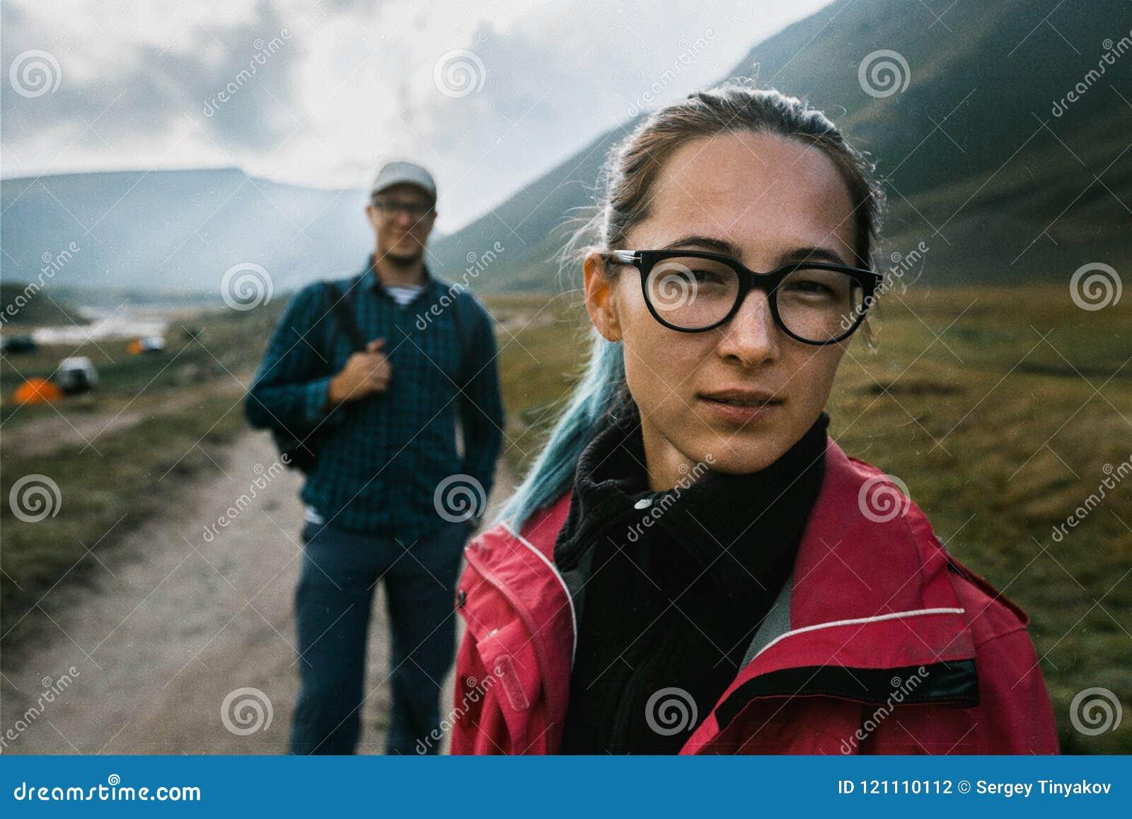 Begreppet av loppet och turism Stående av en härlig flicka