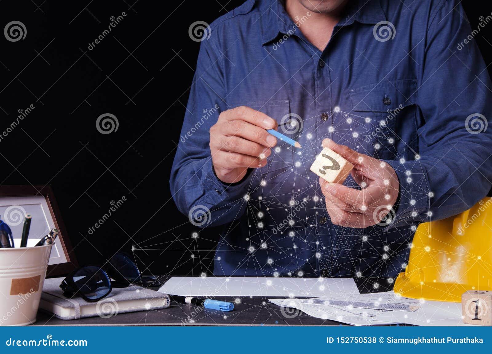 Begreppsarkitekter, teknikern, material för planläggning för inredesign planlägger att bygga byggnaden på skrivbordet i kontoret