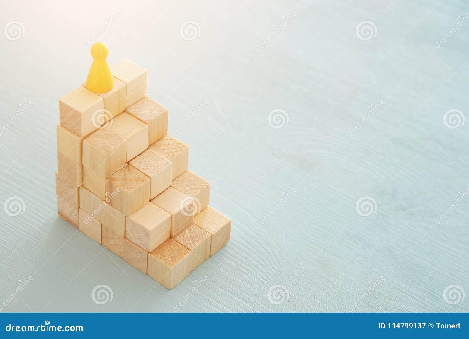 Begreppsbild av träsnitt som staplar som diagram eller stege begrepp för tillväxt och framgång