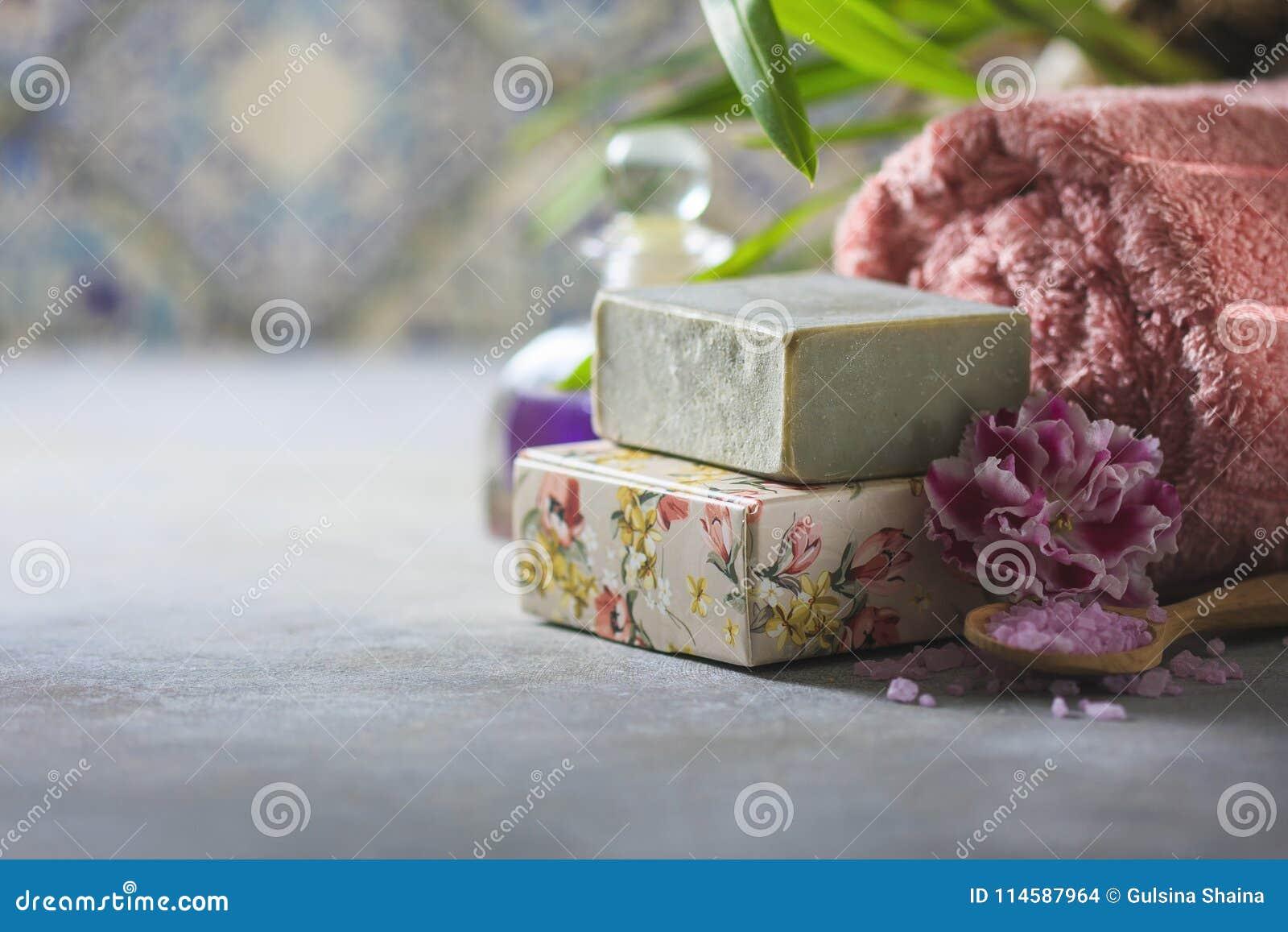 Begreppsbrunnsorten Handgjord salta tvål, handdukar, blommor och hav