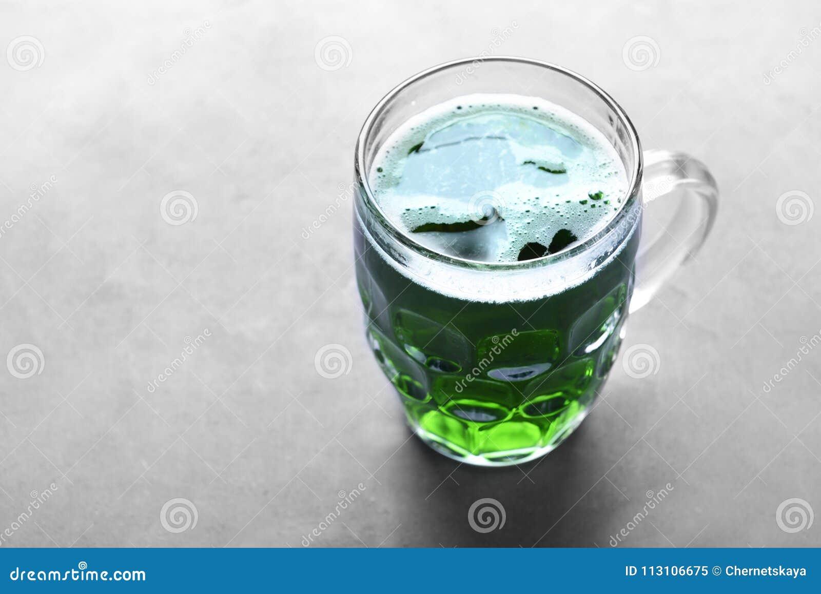 Begreppsdagpatrick st Exponeringsglas av grönt öl