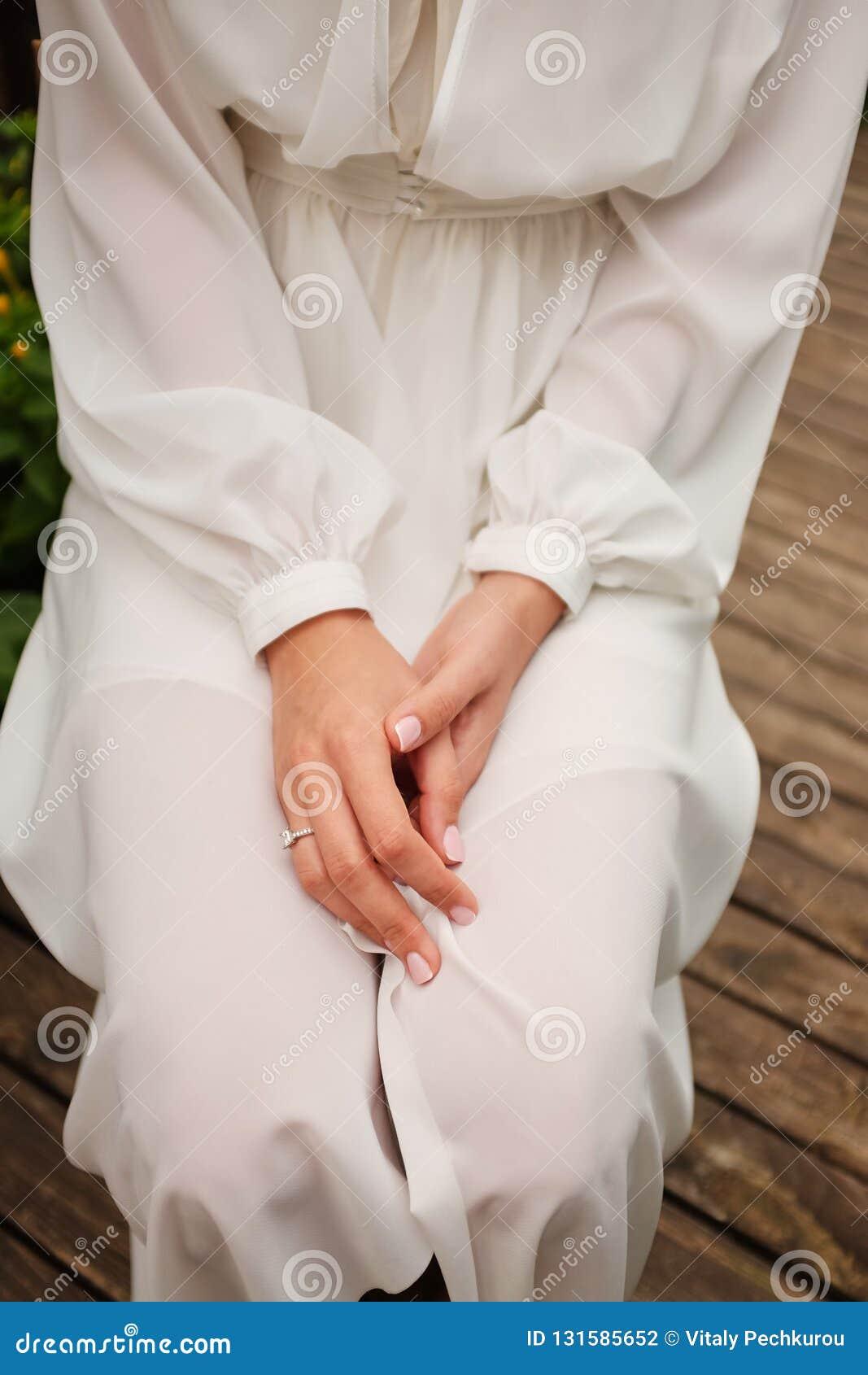 Begreppsmässigt bröllop, morgonen av bruden i den europeiska stilen Budoarklänning och en bukett av blommor, avgifter i inre