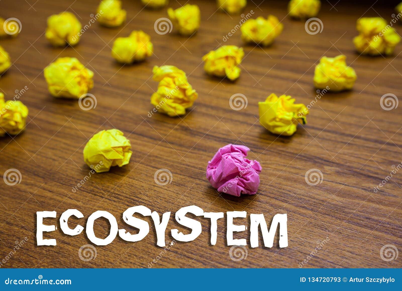 Begreppsmässigt ekosystem för handhandstilvisning Affärsfoto som ställer ut biologisk gemenskap av påverkande varandra organismer