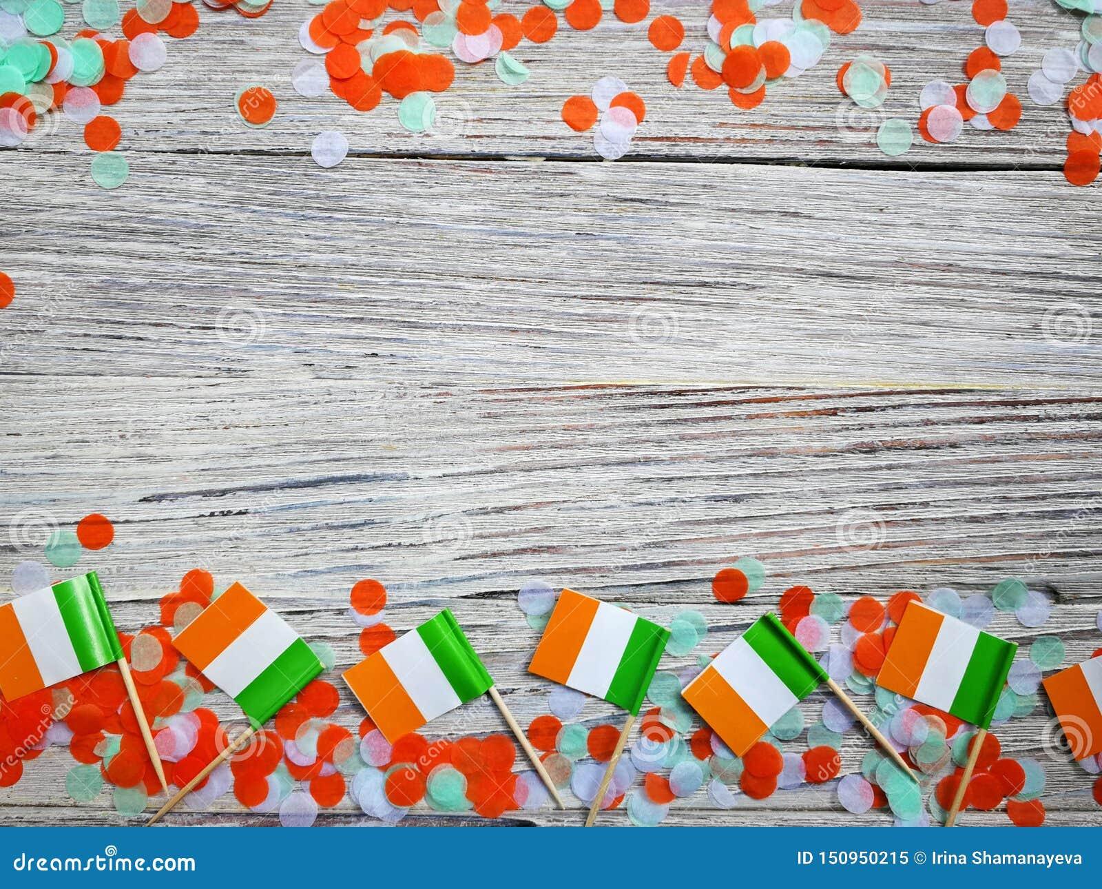 Begreppssjälvständighetsdagen för MARS 17 av Irland och Irland den nationella dagen din avst?ndstext mini- flaggor på vit träbakg