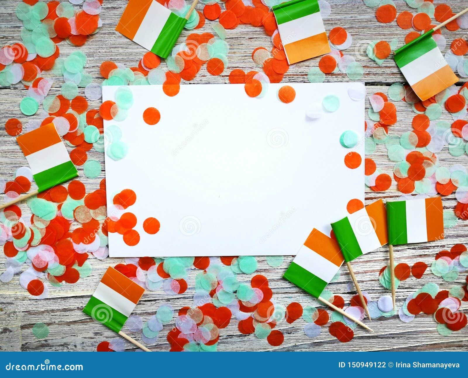 Begreppssjälvständighetsdagen för MARS 17 av Irland och Irland den nationella dagen din avst?ndstext Mocup mini- flaggor på vitt