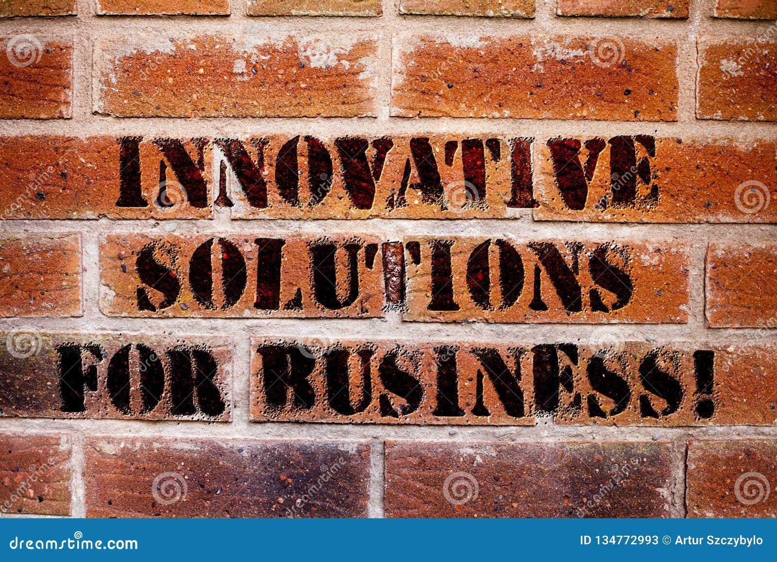 Begriffshandschrift, die innovative Lösungen für Geschäft zeigt Moderne Ideen des Geschäftsfoto-Textes angewendet an den Firmen