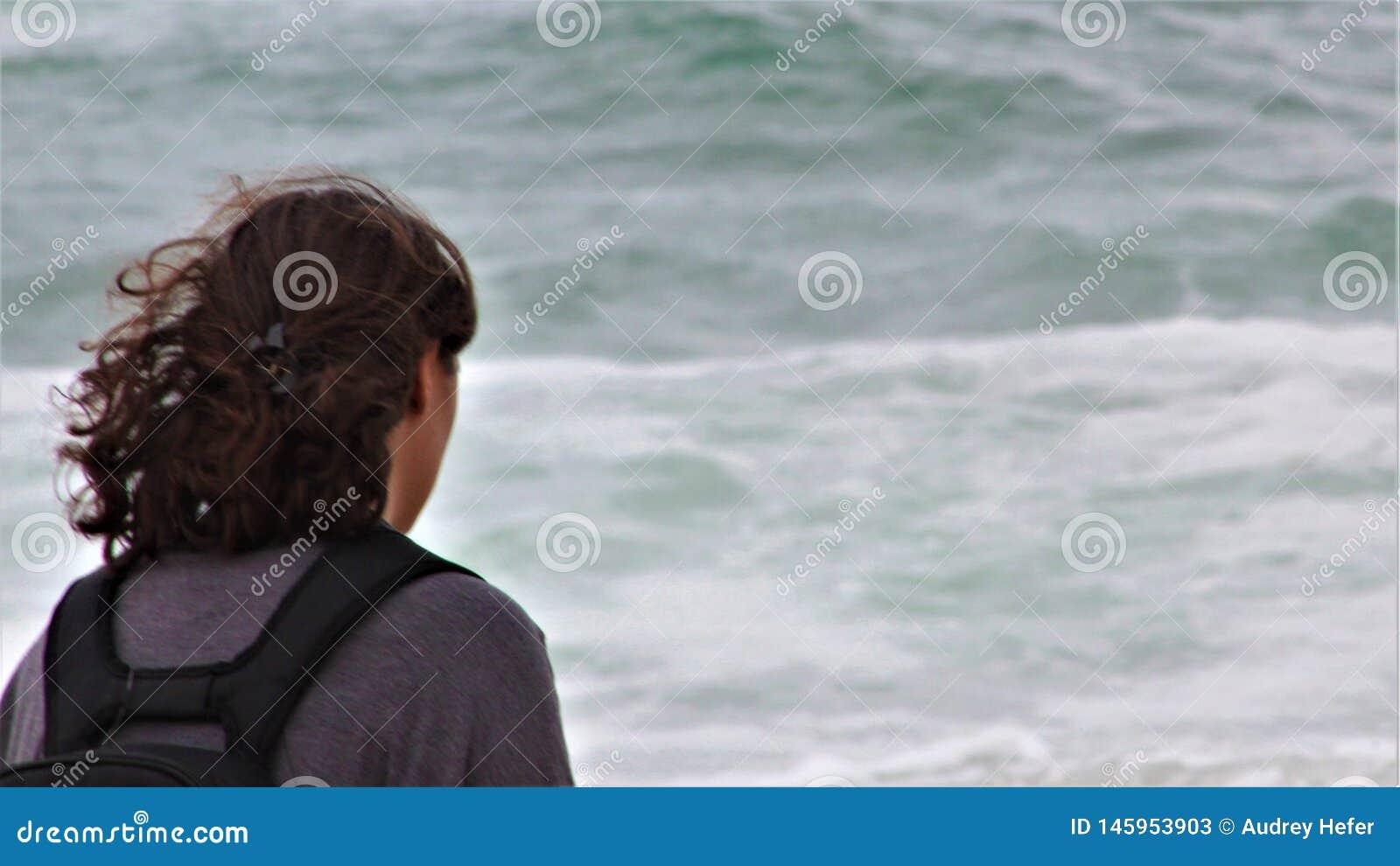Begrundande Turist- hållande ögonen på vågor