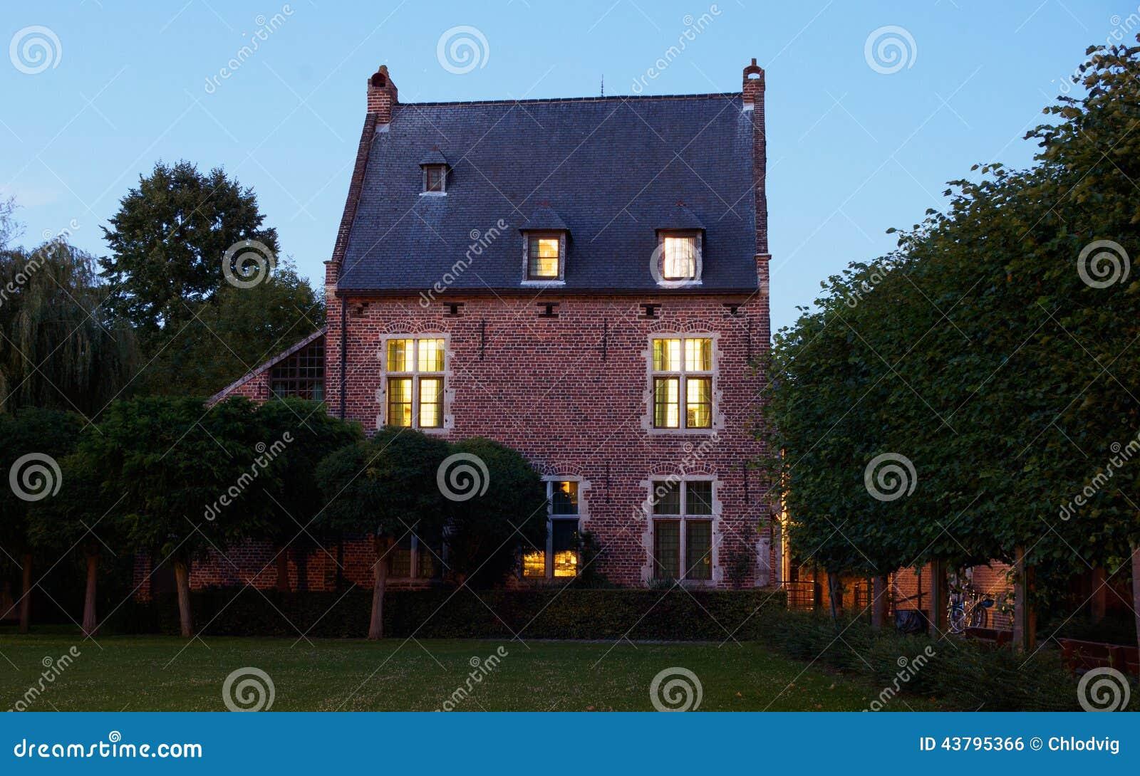 Beguinage la nuit à Louvain, Belgique
