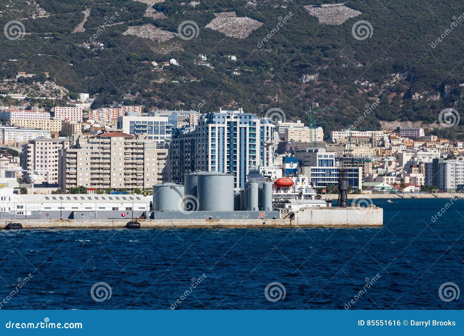 Behälter auf Gibralter-Küste