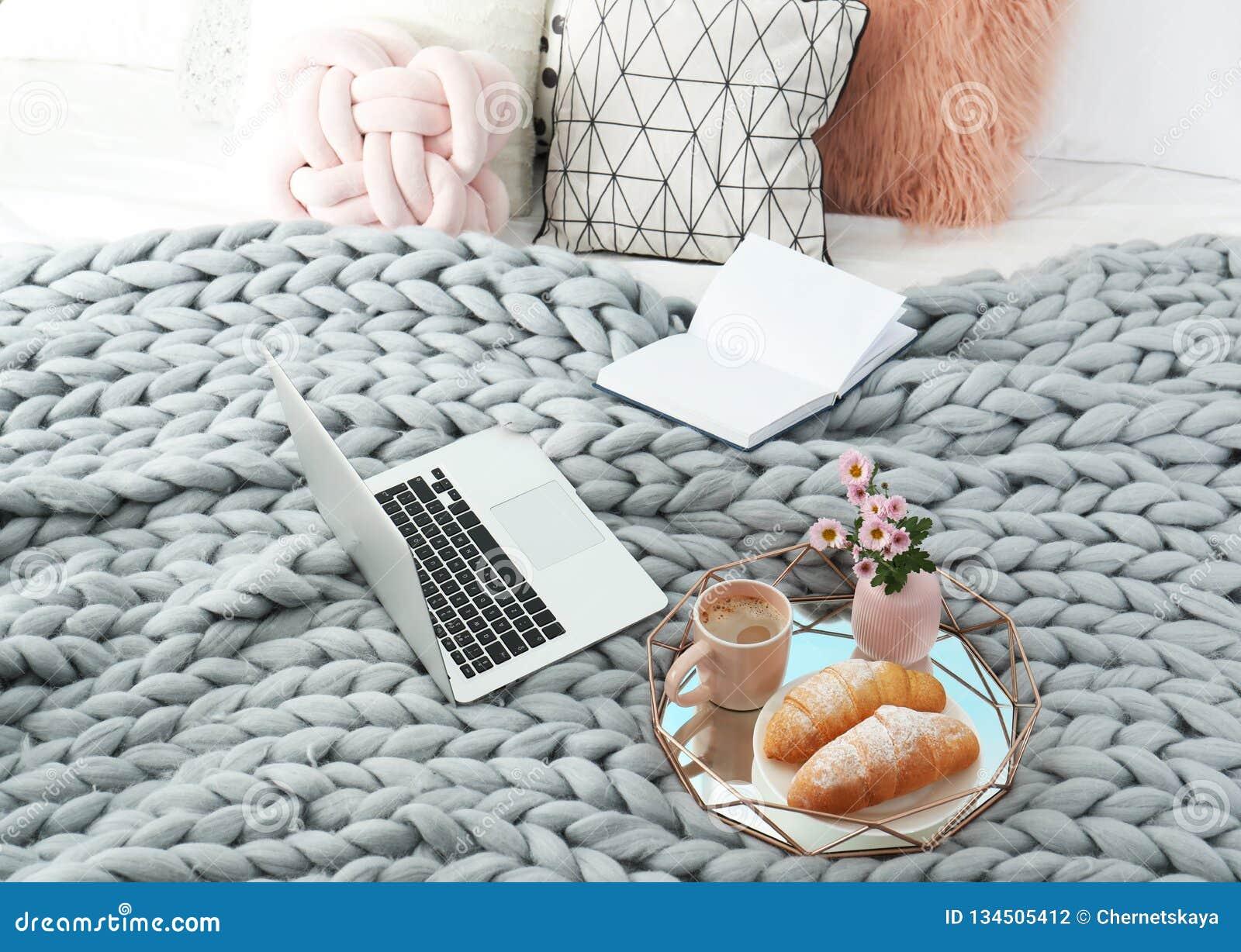 Behälter Mit Geschmackvollem Frühstück Laptop Und Buch Stockfoto
