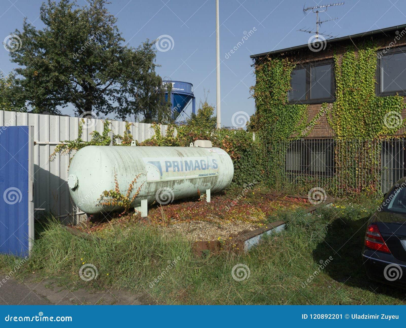 Behållare med gas i trädgården