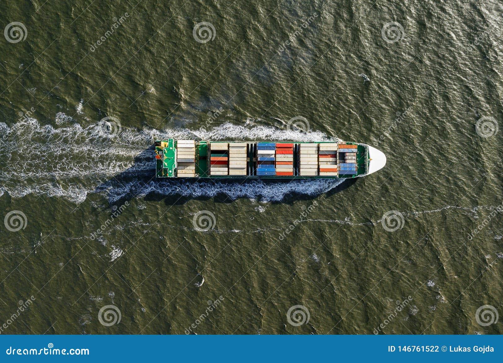 Behållareskepp i export och import Last för internationell sändning