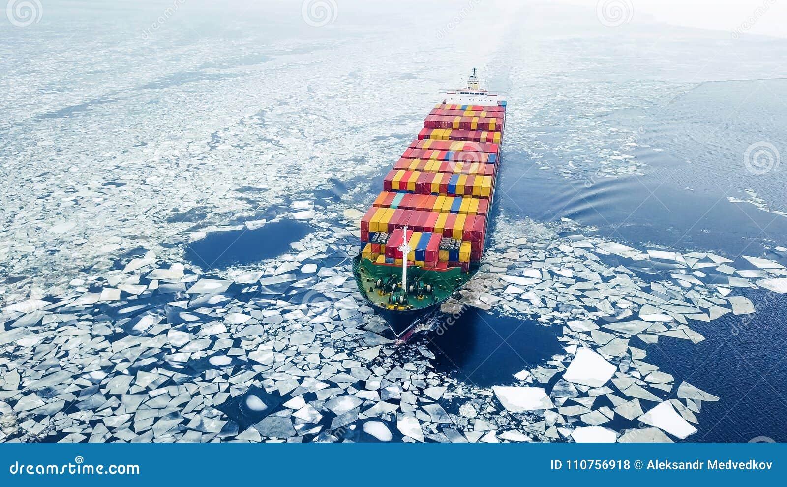 Behållareskepp i havet på vintertid