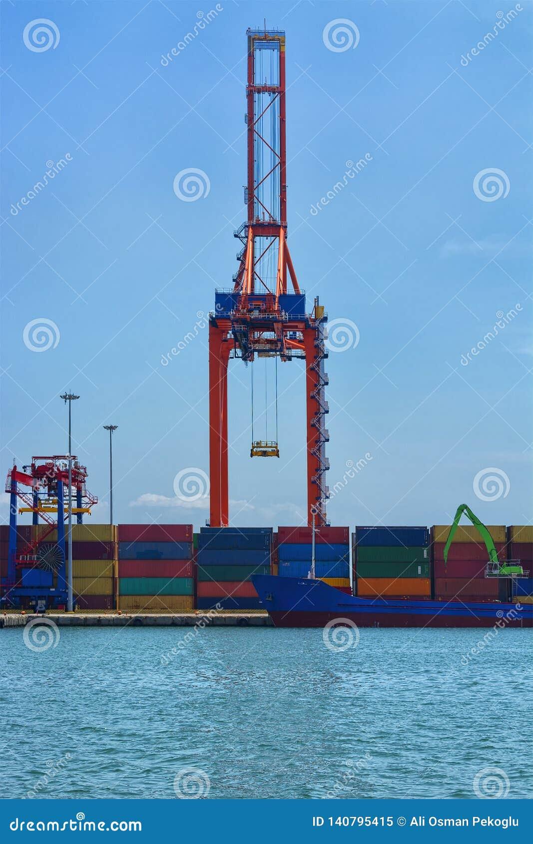 Behållareskepp i logistisk och handelport för import för export, sändnings