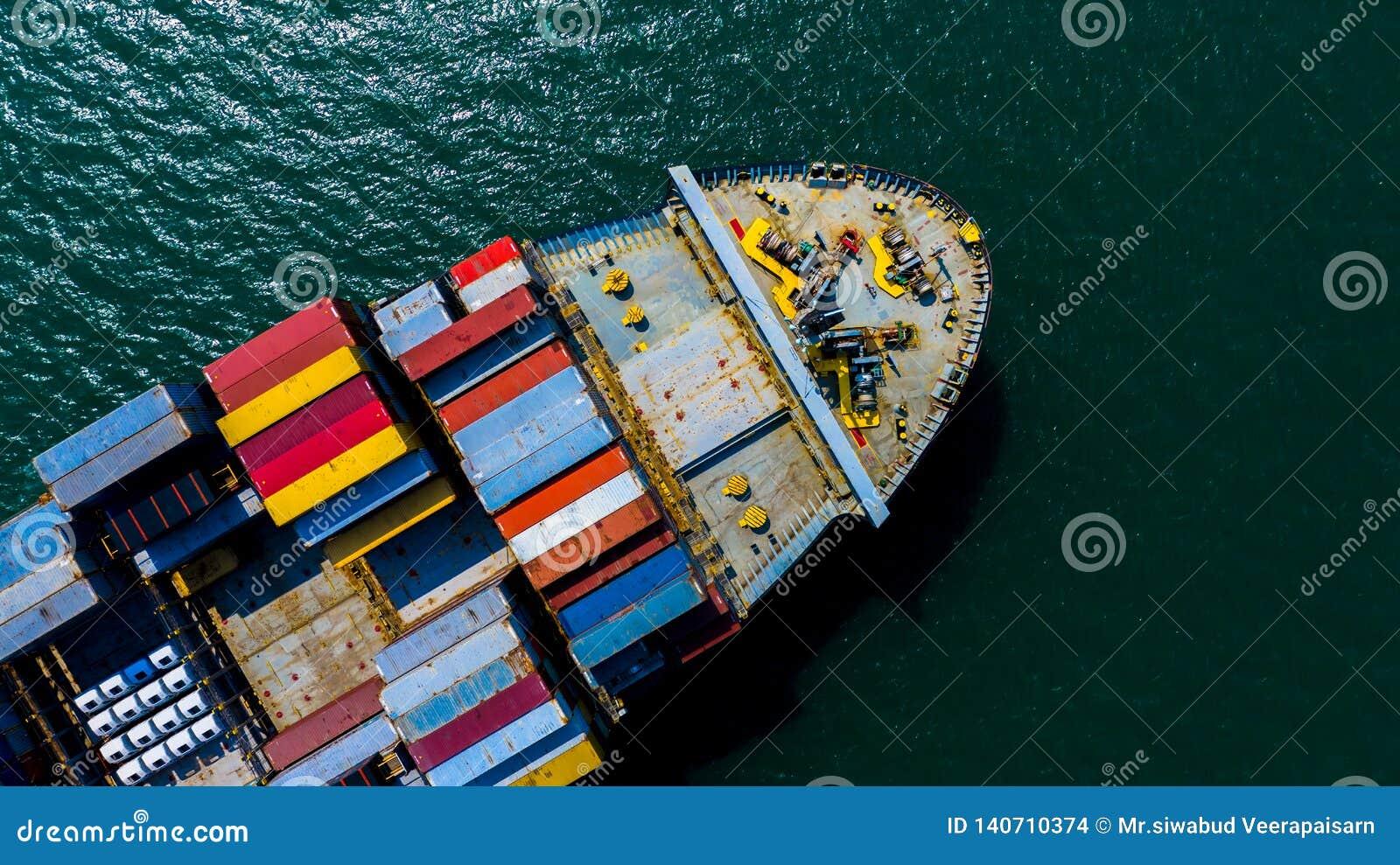 Behållareskepp som ankommer i port, behållareskepp som går till sändnings för export för import för affär för port för djupt hav