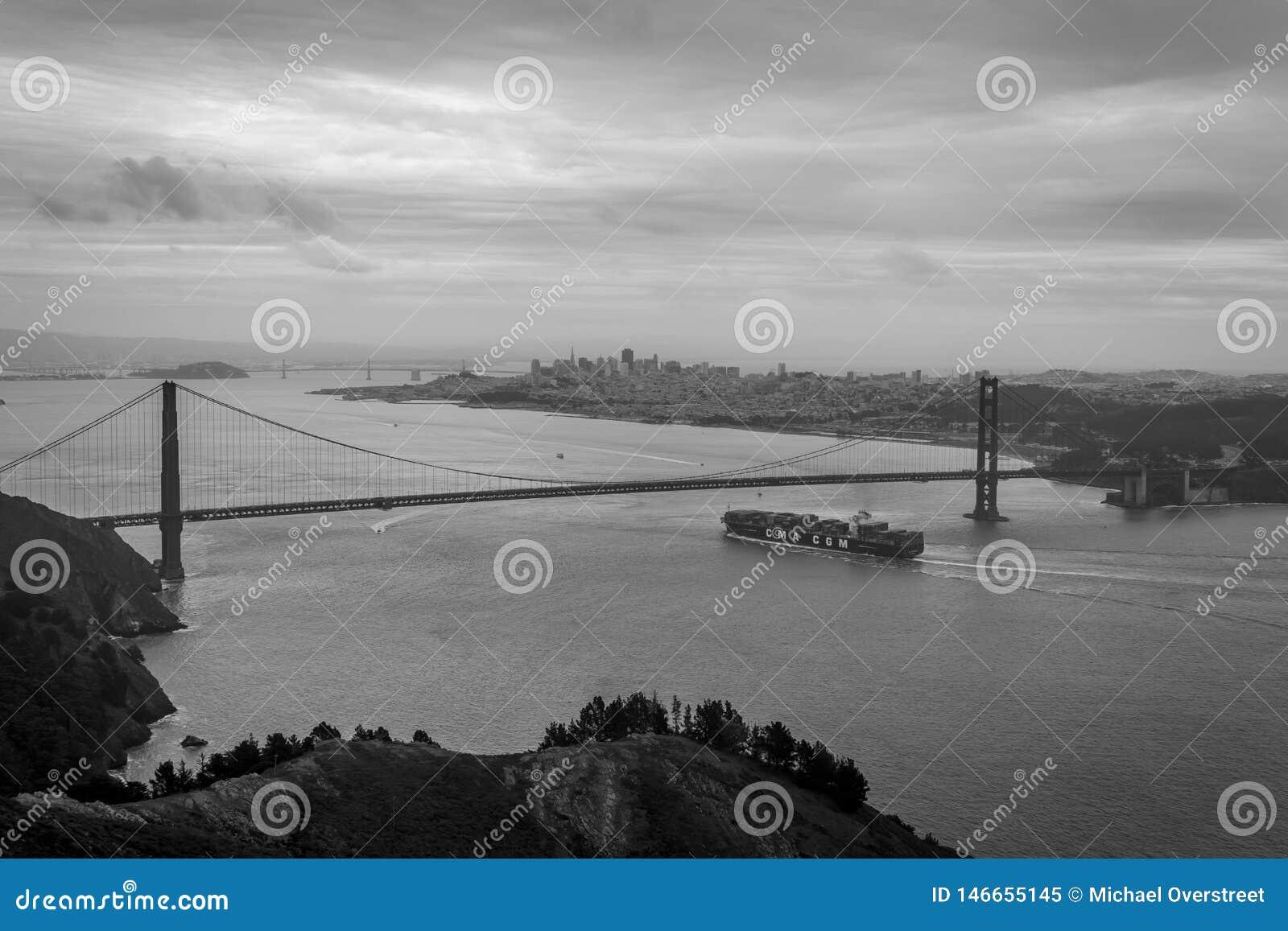 Behållareskepp som ankommer i San Francisco