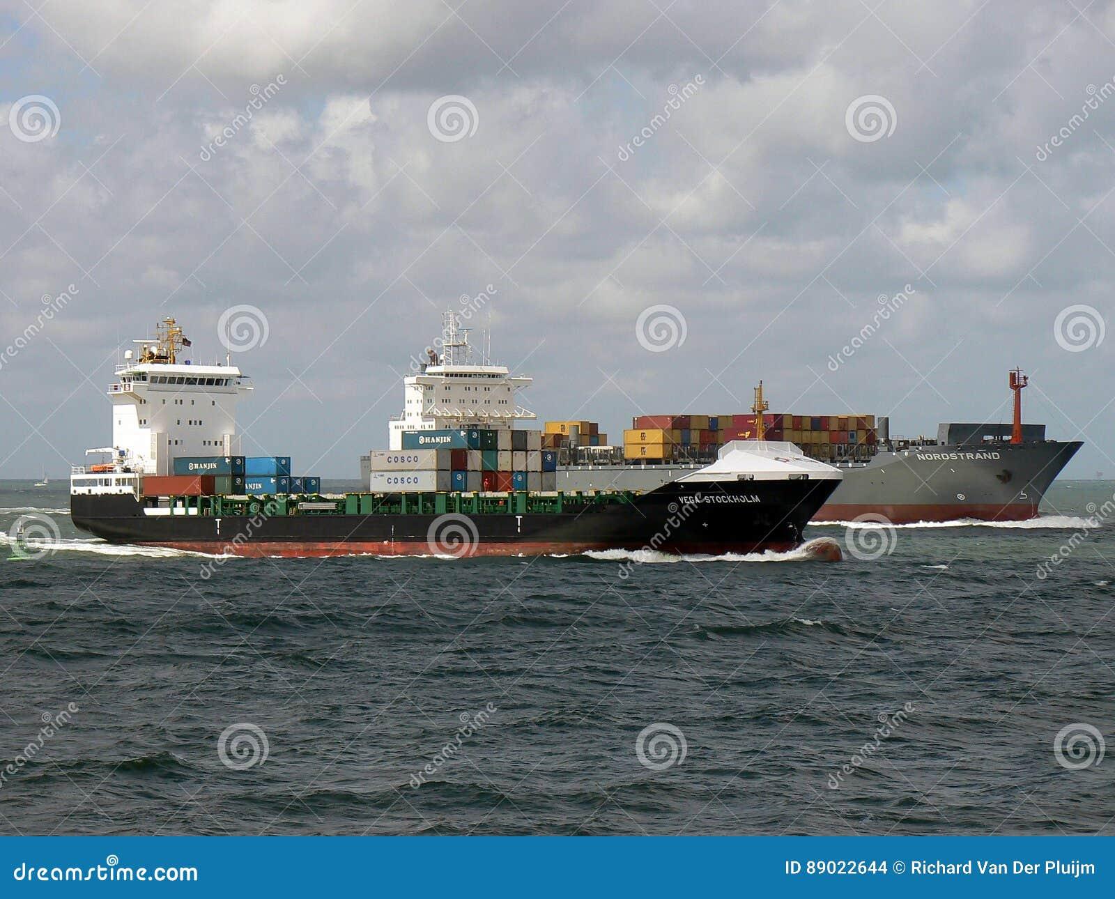 Behållareskepp som seglar in mot port