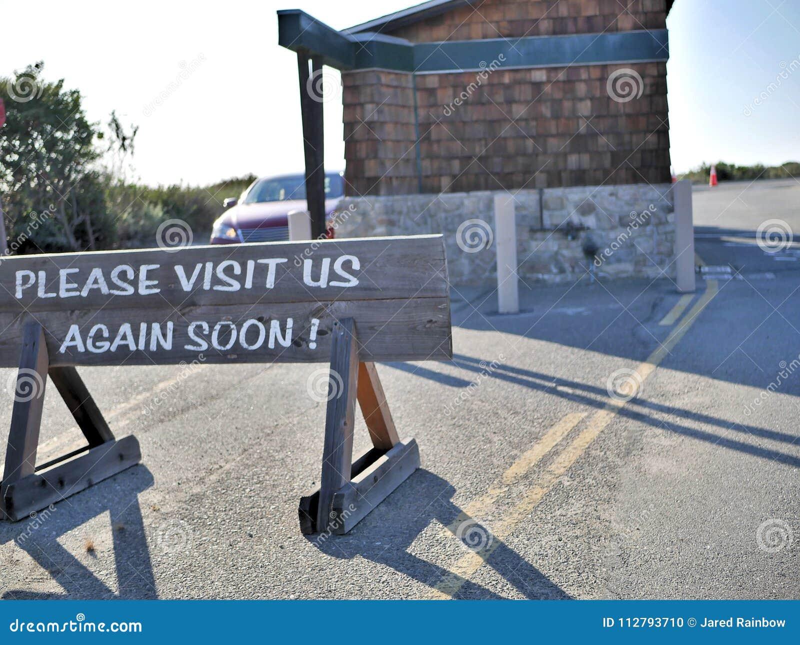 Behaga besöker oss undertecknar igen visat till besökare som lämnar nationalparken för natursylten i Kalifornien