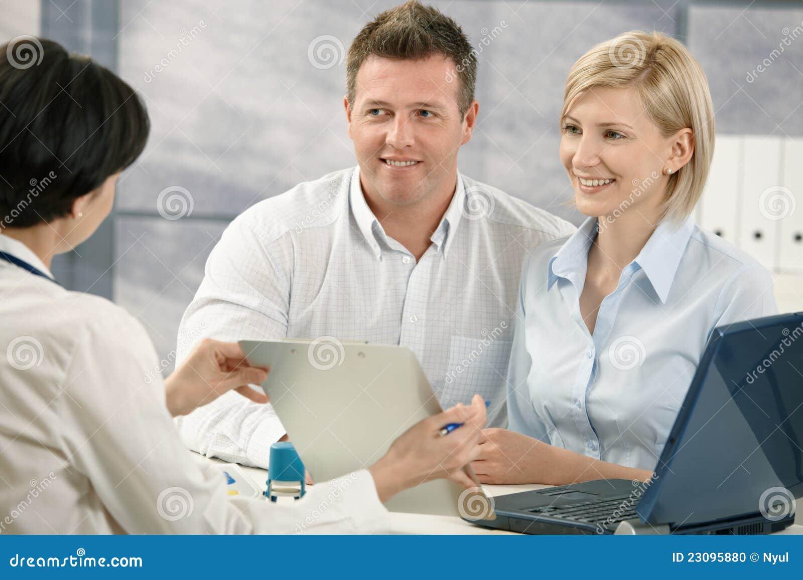 Behandeln Sie das Erklären der medizinischen Diagnose Patienten