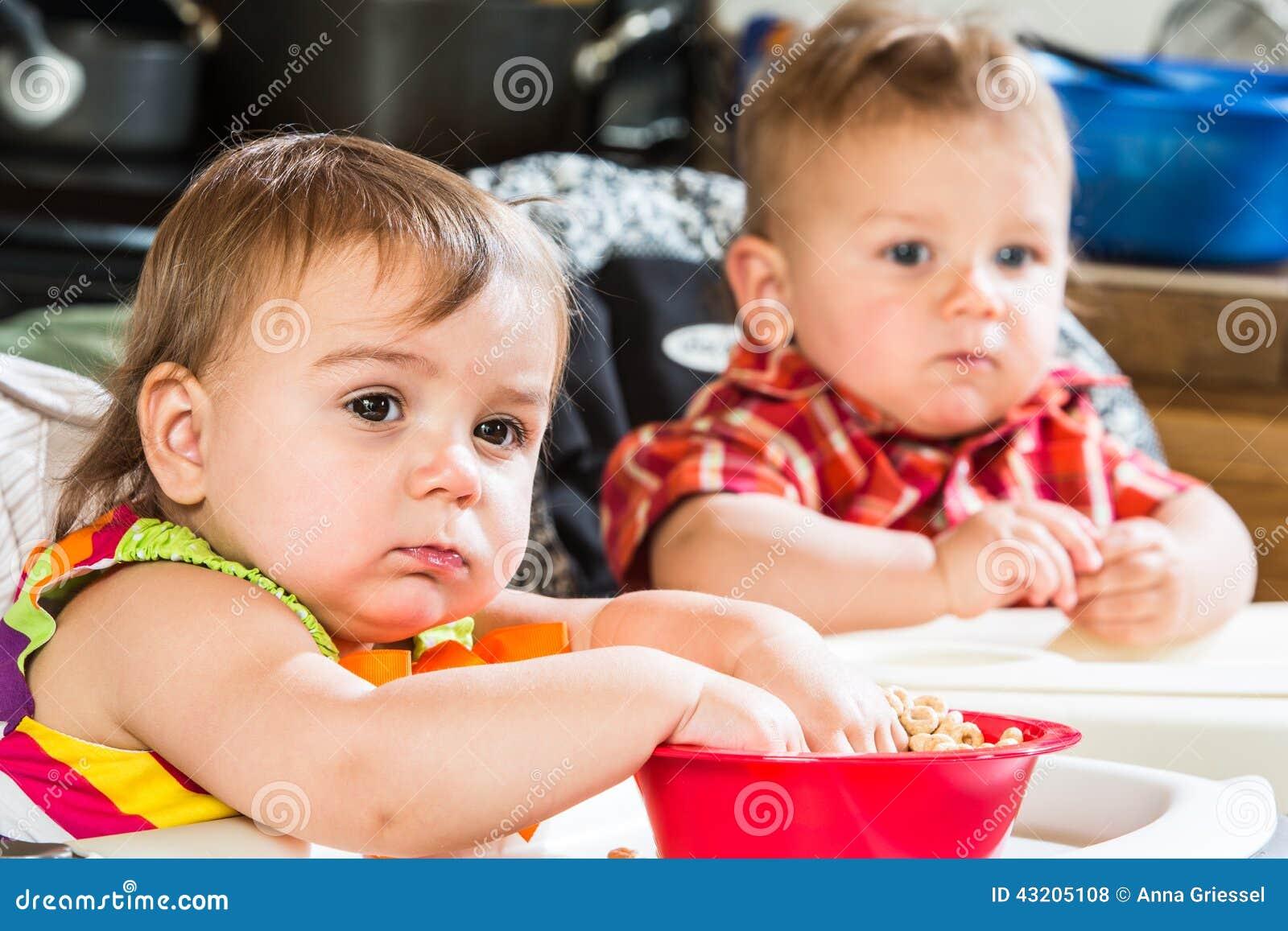 Download Behandla Som Ett Barn äter Frukosten Arkivfoto - Bild av nätt, lyckligt: 43205108